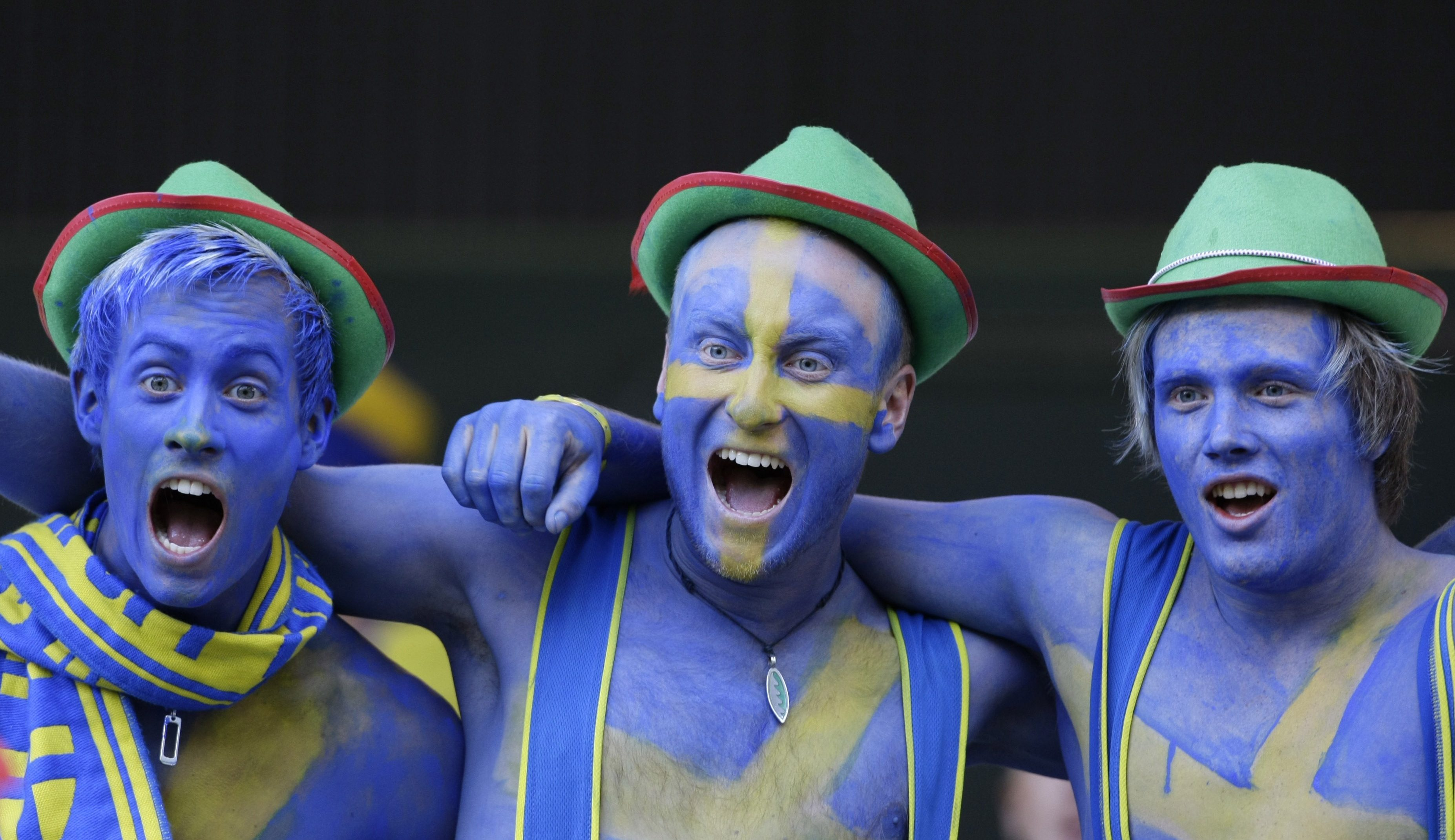Sweden fans wait for the match against Russia during their Group D Euro 2008 soccer match at Tivoli Neu stadium in Innsbruck, June 18, 2008. REUTERS/Michaela Rehle (AUSTRIA) MOBILE OUT. EDITORIAL USE ONLY - RTX737T