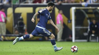 Jun 21, 2016; Houston, TX, USA; Argentina midfielder Lionel Messi (10) scores a goal on a free kick during the first half against the United States in the semifinals of the 2016 Copa America Centenario soccer tournament at NRG Stadium. Mandatory Credit: Troy Taormina-USA TODAY Sports