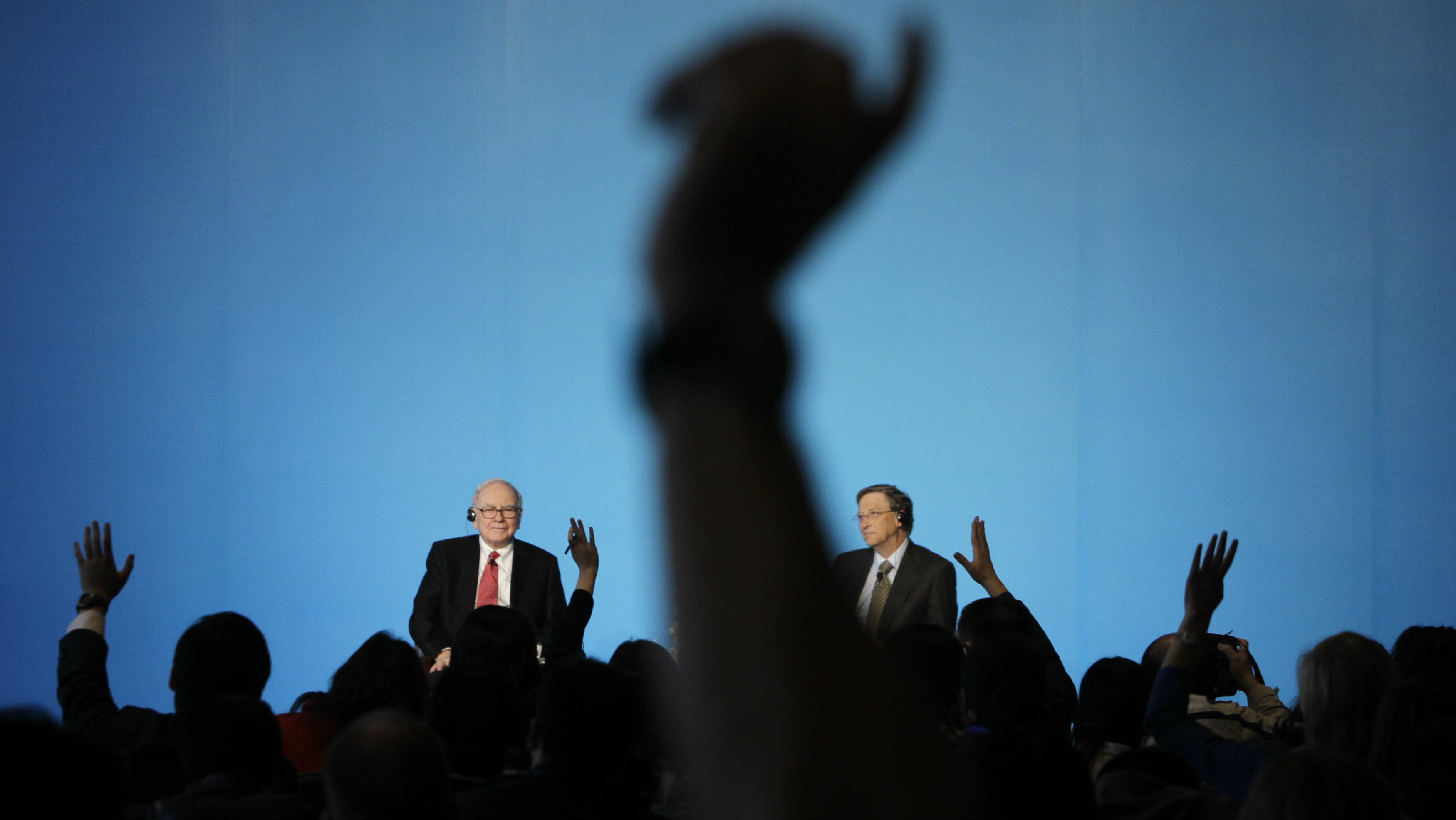 Billionaire financier and Berkshire Hathaway Chief Executive Warren Buffett (L) and Microsoft founder Bill Gates wait questions at a joint news conference in Beijing September 30, 2010. REUTERS/Jason Lee (CHINA - Tags: BUSINESS)