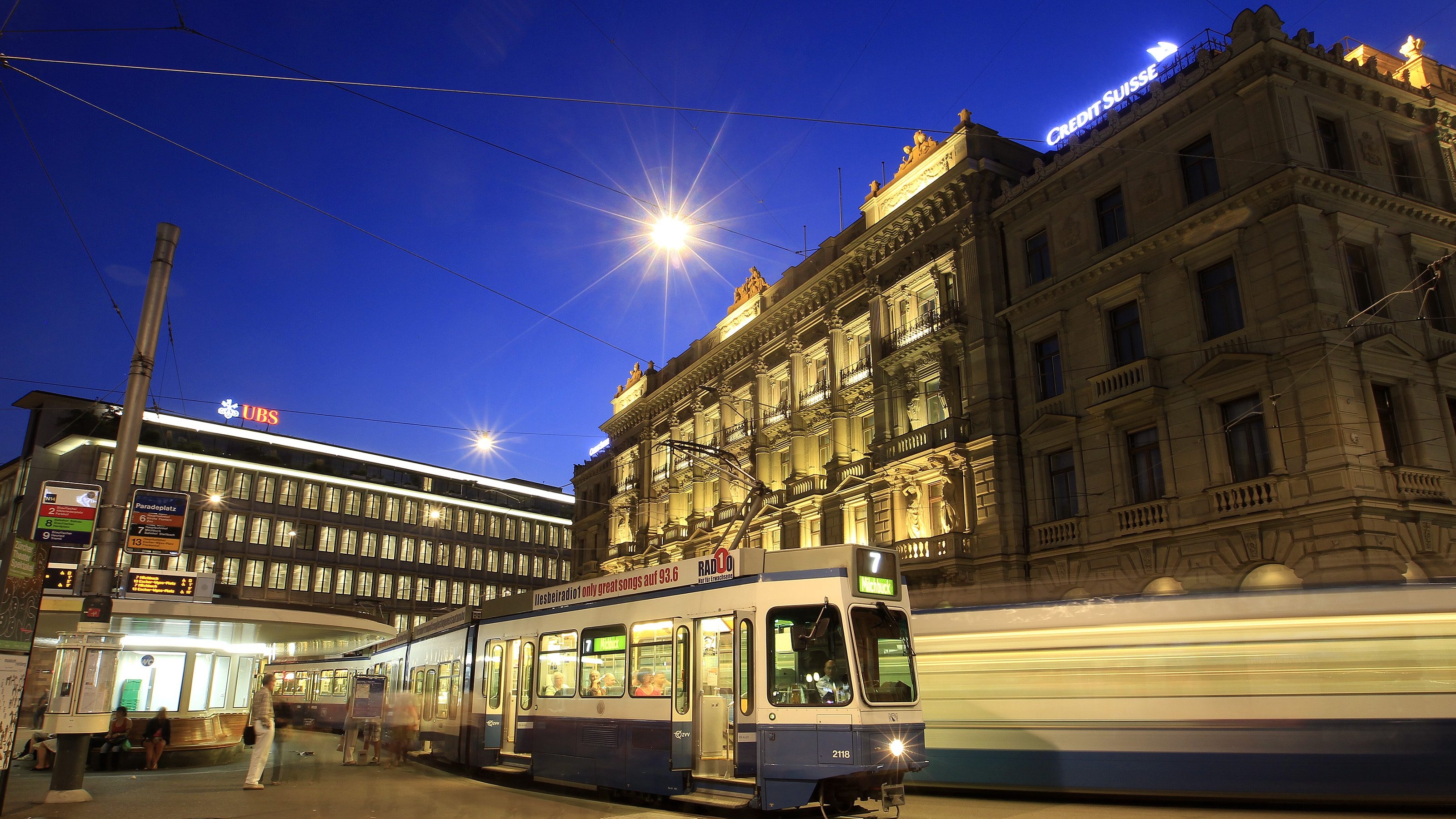 Trams drive past the offices of Swiss banks UBS (L) and Credit Suisse at Paradeplatz square in Zurich August 10, 2012.  REUTERS/Arnd Wiegmann (SWITZERLAND - Tags: BUSINESS CITYSPACE) - RTR36NO6