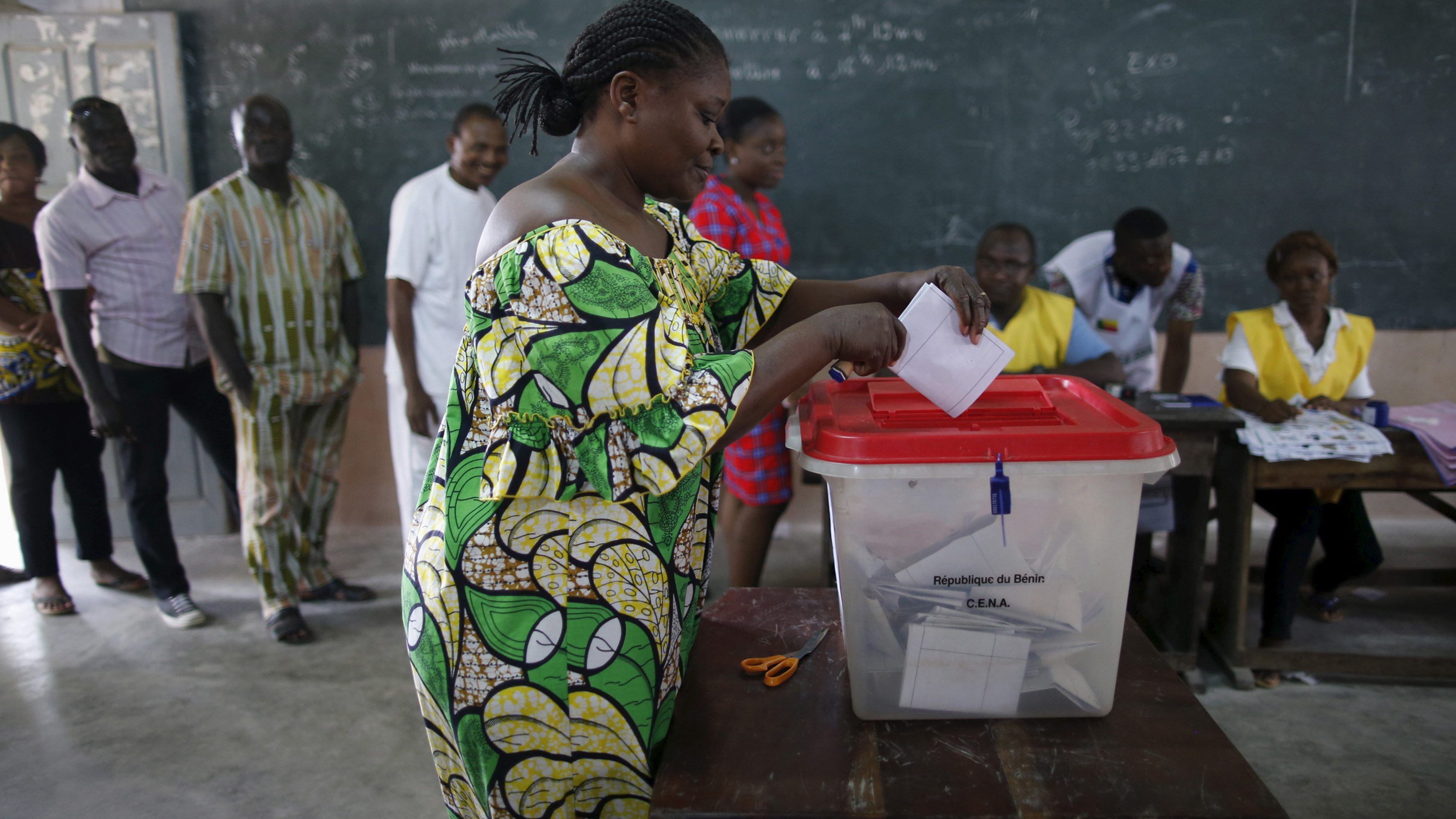 A woman casts her vote during a presidential election at a polling station in Cotonou Benin, March 6, 2016. REUTERS/Akintunde Akinleye - RTS9I4A