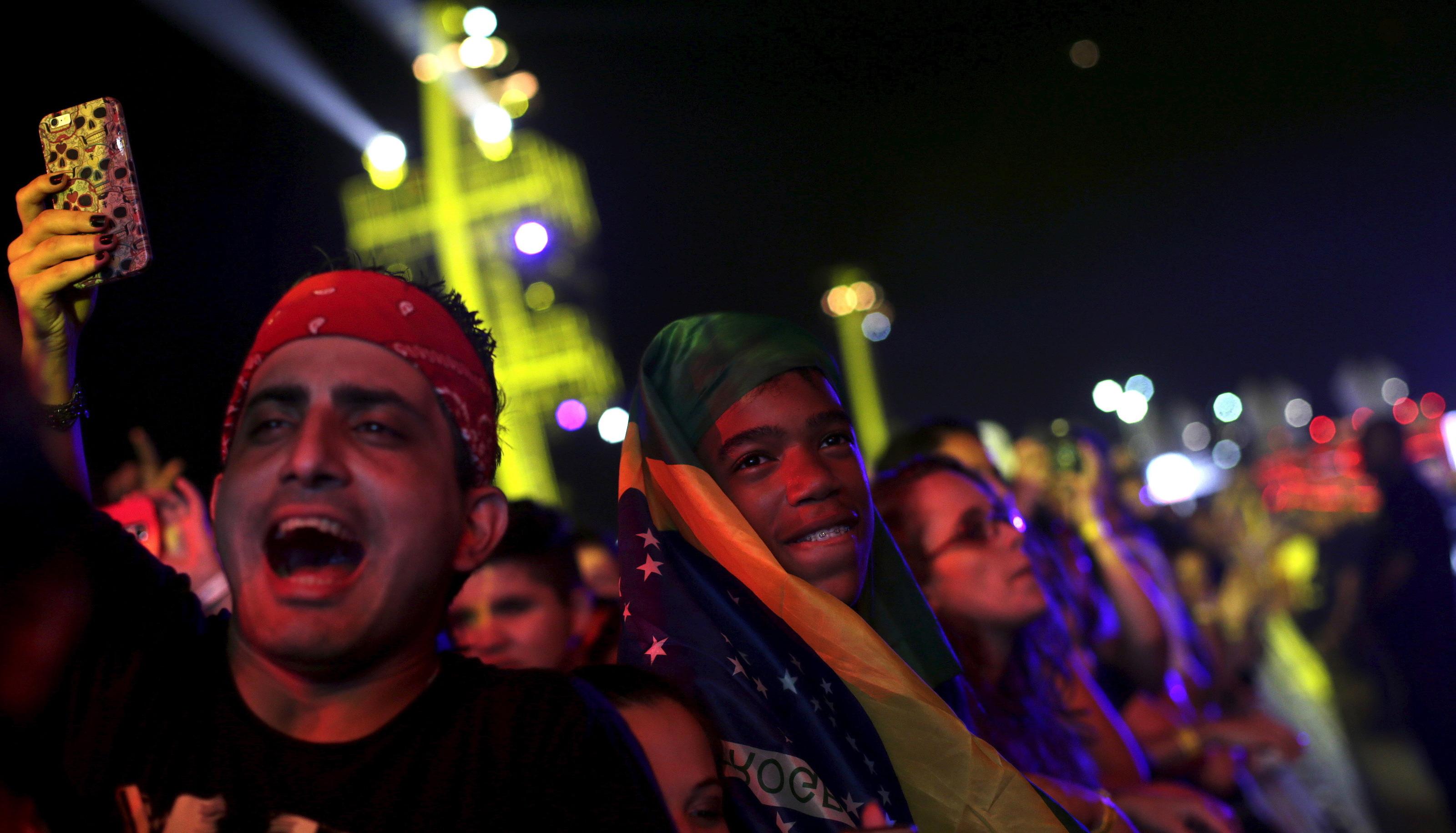 Rock fans cheer during the Rock in Rio music festival in Rio de Janeiro, Brazil, September 24, 2015. REUTERS/Ricardo Moraes - RTX1SCG1