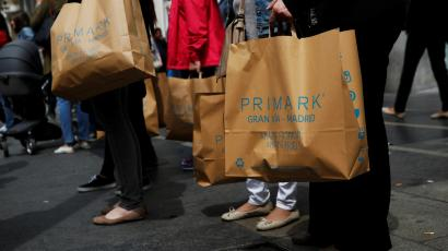 Shoppers carry bags of Irish clothing retailer Primark in a commercial district in central Madrid, Spain, May 26, 2016. REUTERS/Susana Vera
