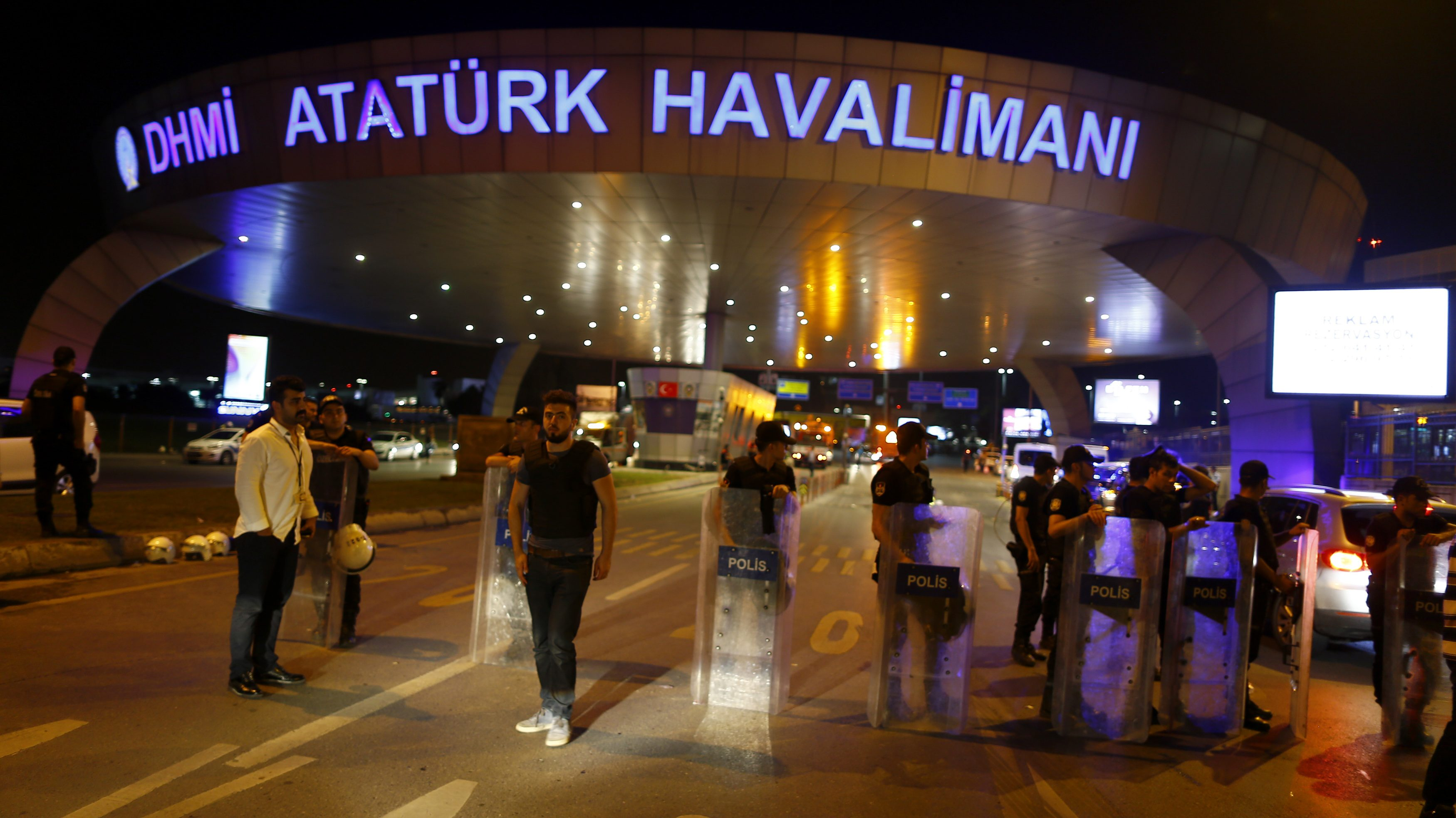 Police guard the entrance to Turkey's largest airport, Istanbul Ataturk, Turkey, following a blast June 28, 2016.        REUTERS/Osman Orsal - RTX2IRRP