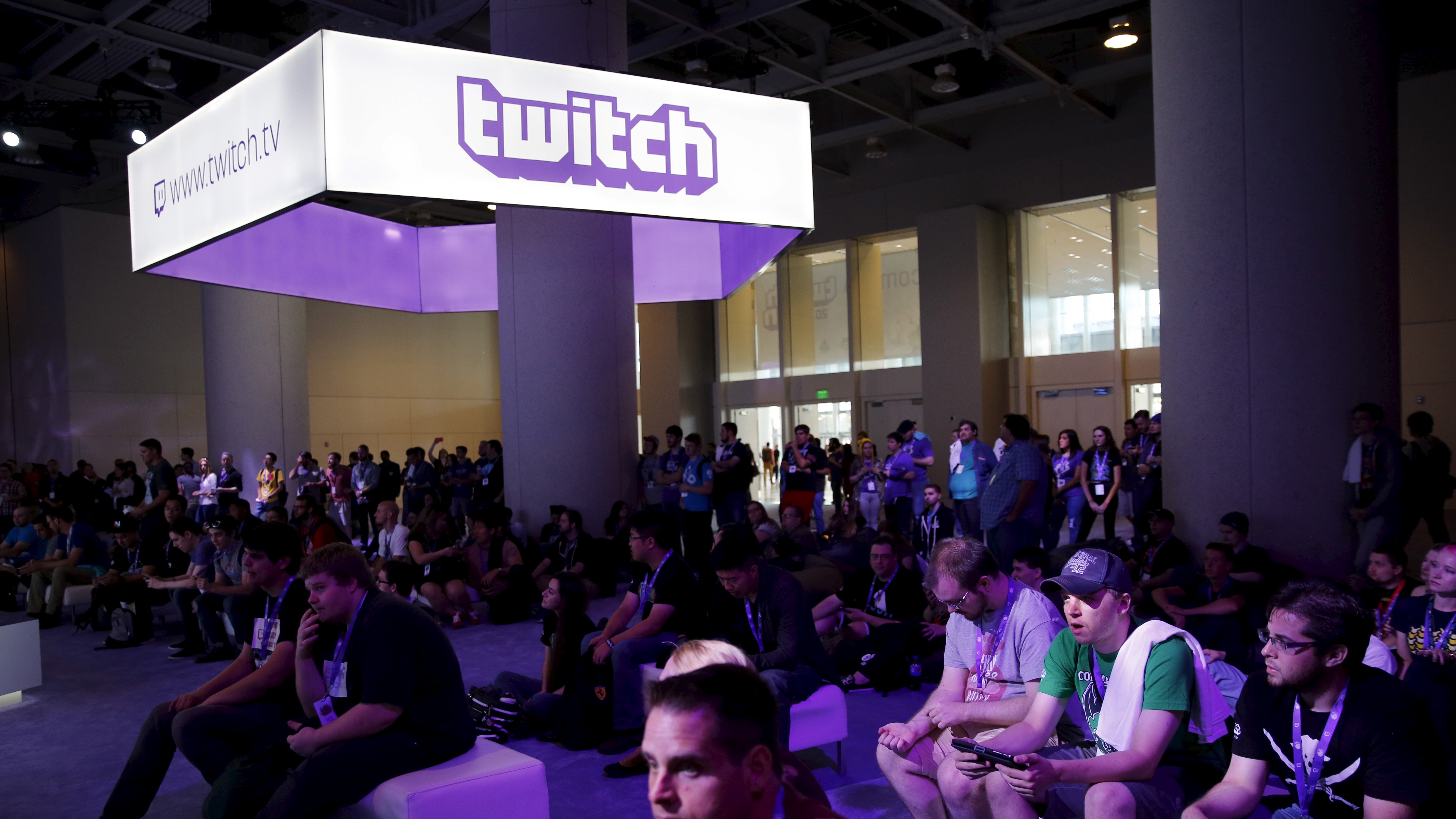 Audience members watch as panelists play video games at TwitchCon 2015 in San Francisco, California September 25, 2015. The conference features games, broadcasters and viewers, as well as gaming hardware and software. REUTERS/Robert Galbraith - RTX1SIQQ