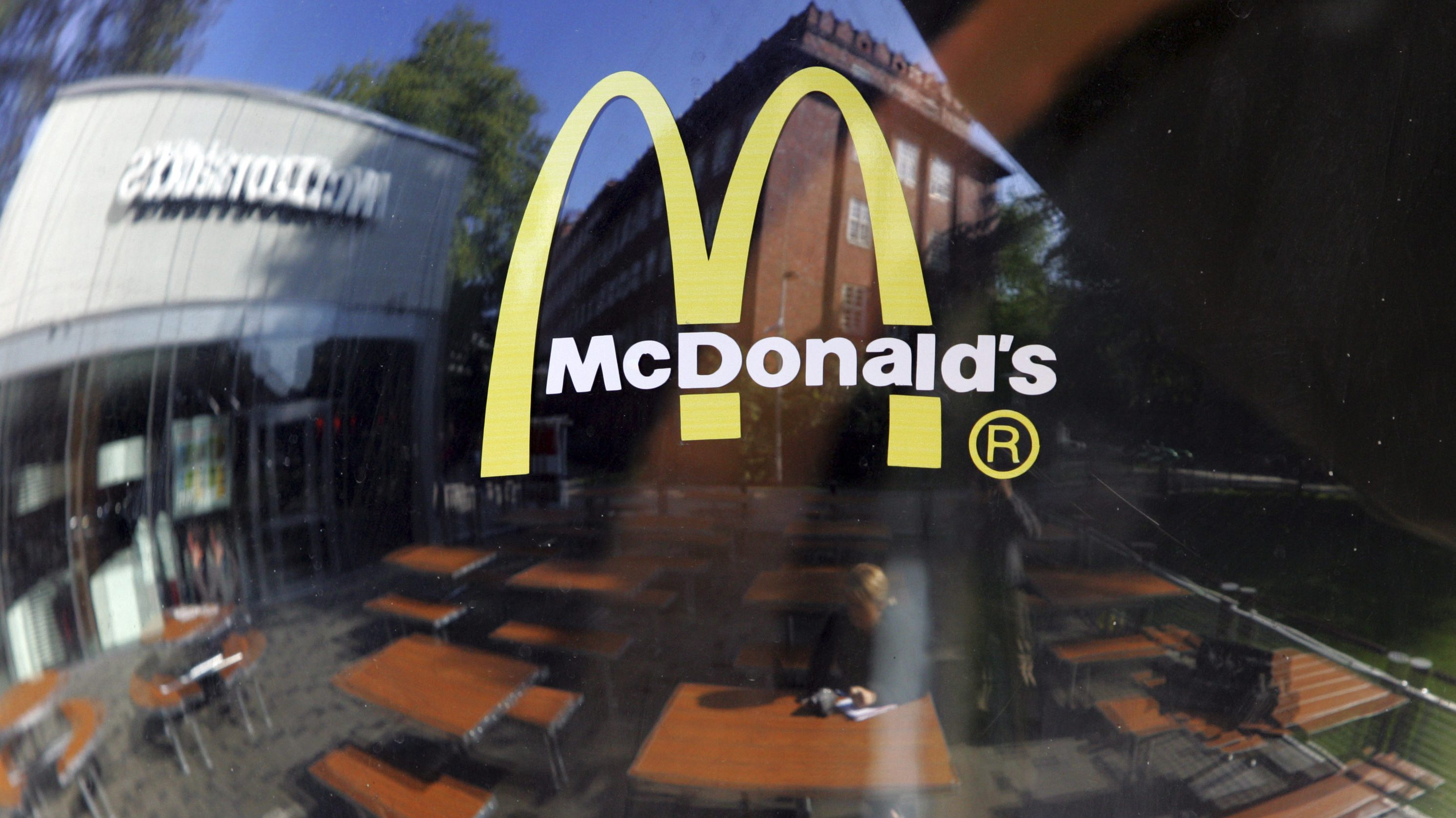 ** ARCHIV ** Die neu eroeffnete Mc Donald's Filiale im Stadteil Kreuzberg in Berlin spiegelt sich am 14. September 2007 in einer Scheibe. Die Ausweitung der Cafe-Sparte und der fortgesetzte Umbau der Restaurants haben der Fastfood-Kette McDonald's in Deutschland erneut einen Rekordumsatz gebracht. Er stieg um 4,9 Prozent auf 2,7 Milliarden Euro, wie McDonald's-Deutschland-Chef Bane Knezevic am Mittwoch, 27. Feb. 2008, in Kirchheim bei Muenchen erklaerte. (AP Photo/Miguel Villagran)---  ** FILE ** The new Mc Donald fast food restaurant is reflected in a window on, Sept. 14, 2007 in Berlin, Germany. The first McDonald restaurant was opened  in the alternative district Kreuzberg today. (AP Photo/Miguel Villagran)