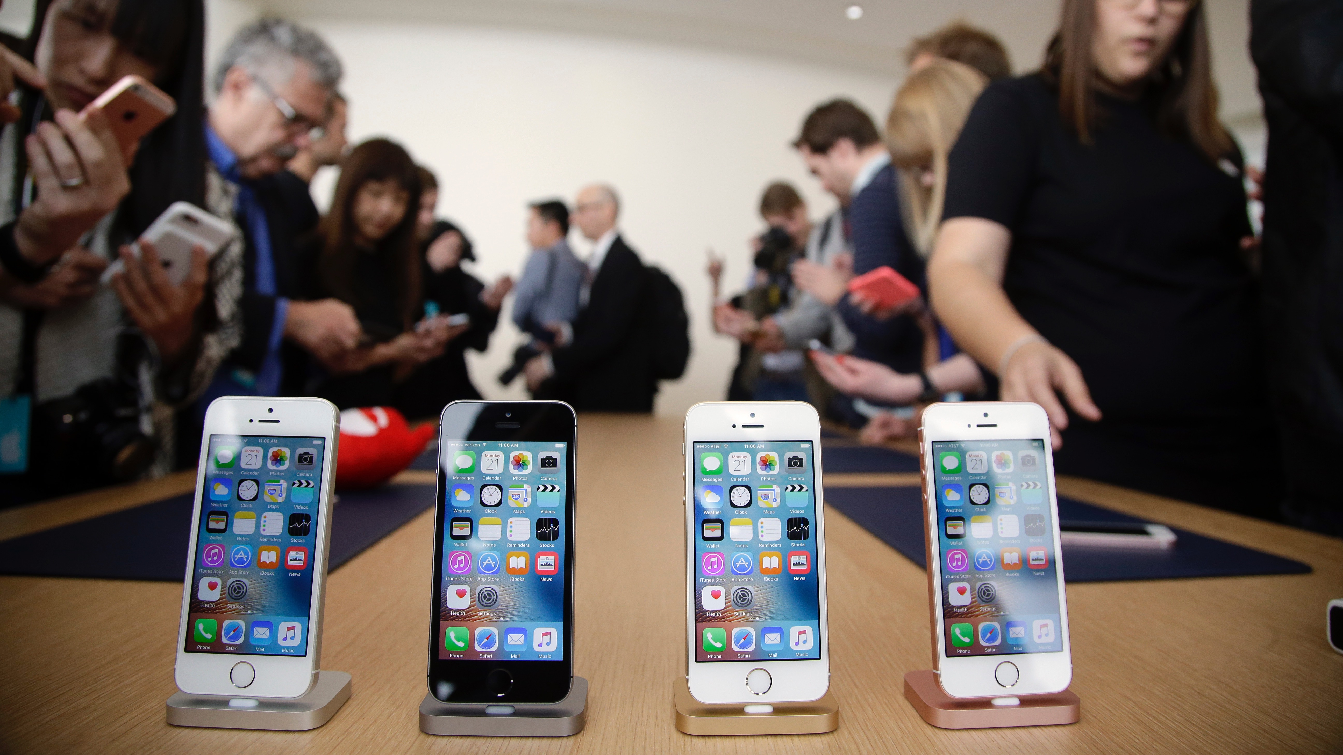 Members of the media and invited guests take a look at the new iPhone SE during an event at Apple headquarters Monday, March 21, 2016, in Cupertino, Calif. (AP Photo/Marcio Jose Sanchez)