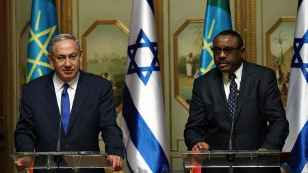 Israeli Prime Minister Benjamin Netanyahu (L) and his Ethiopian counterpart Hailemariam Desalegn at the National Palace in Addis Ababa.