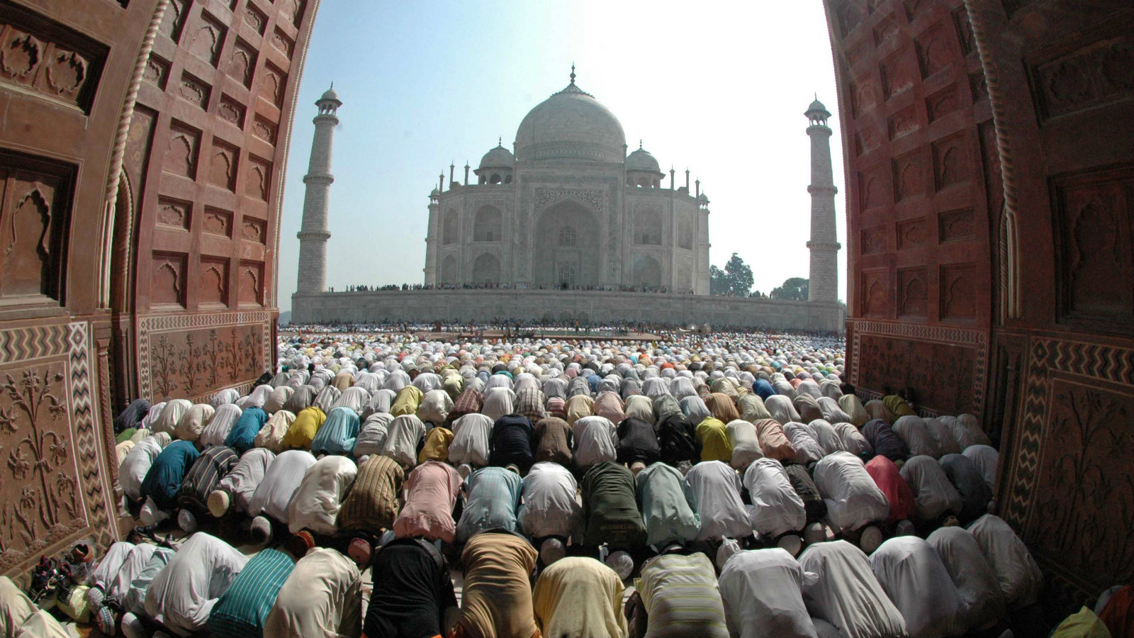 Muslims offer prayers in front of the historic Taj Mahal during Eid al-Fitr in the northern Indian city of Agra September 21, 2009. Eid al-Fitr marks the end of Ramadan, the holiest month in the Islamic calendar, during which Muslims around the world abstain from eating, drinking and sexual relations from sunrise to sunset.