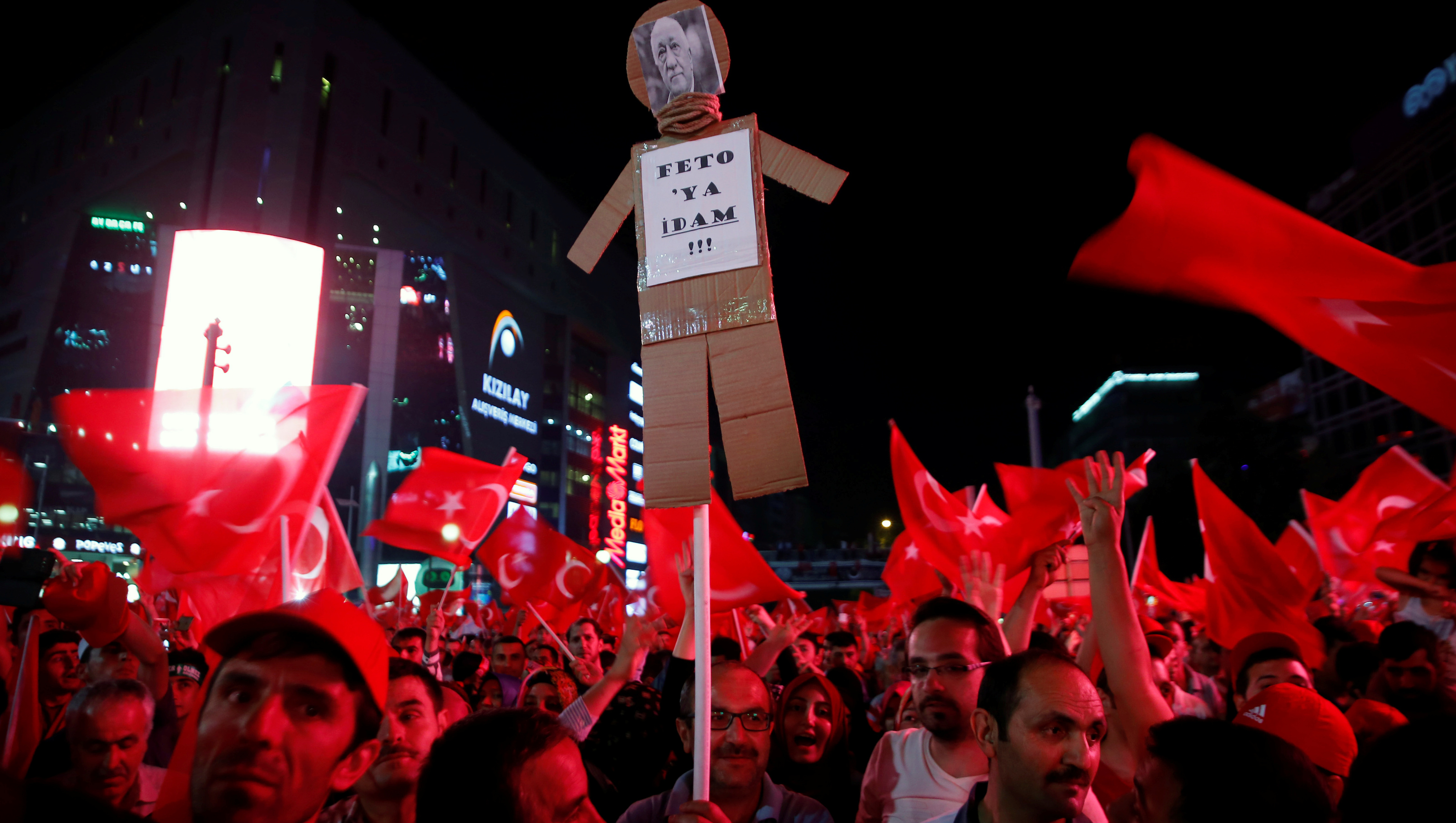 """Supporters of Turkish President Tayyip Erdogan hold an effigy of U.S.-based cleric Fethullah Gulen during a pro-government demonstration in Ankara ,Turkey , July 17, 2016. The sign reads """"execution to feto(an insulting nickname for Gulen)"""". REUTERS/Baz Ratner - RTSIFL4"""