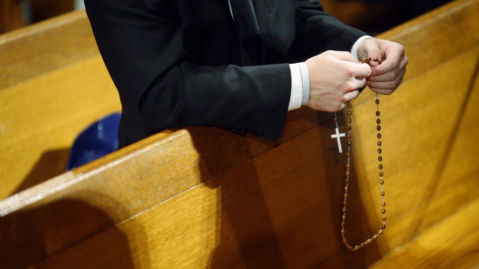Seminarian Mark Mergner prays the rosary as he awaits Pope Francis' arrival at the Basilica of the National Shrine of the Immaculate Conception in Washington September 23, 2015. REUTERS/Patrick Semansky/Pool - RTX1S48L