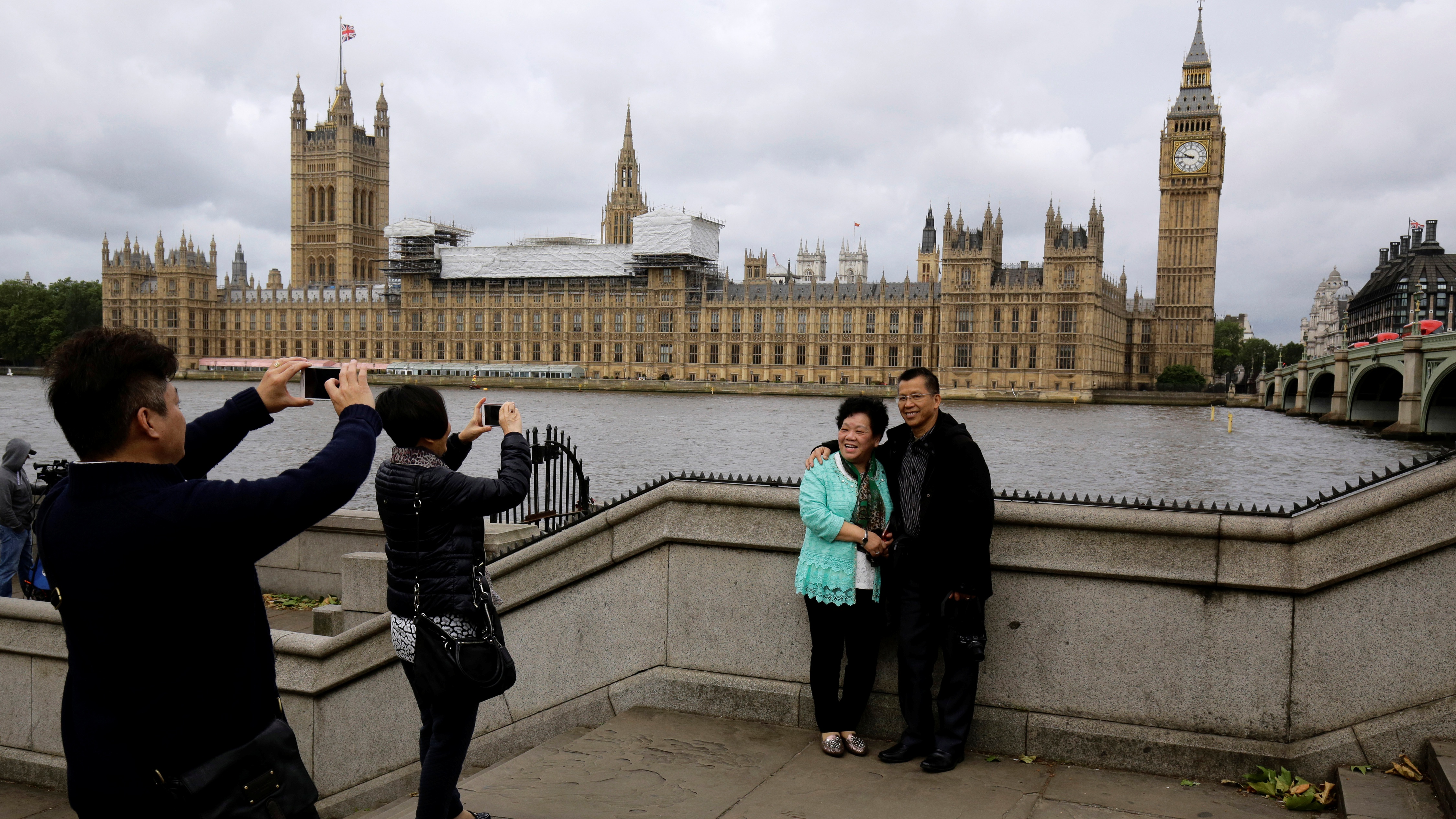 Chinese tourists take pictures near the Big Ben clock tower in London, Britain June 29, 2016. REUTERS/Kevin Coombs
