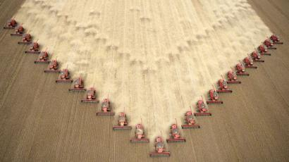 Workers harvest soybeans at a farm in Tangara da Serra, Mato Grosso state in western Brazil, March 5, 2009. Brazil's 2008/9 soybean production is estimated to be 57.2 million tonnes. REUTERS/Paulo Whitaker (BRAZIL) FOR BEST QUALITY IMAGE: ALSO SEE GM1E5870VDC01 - RTXCE8B