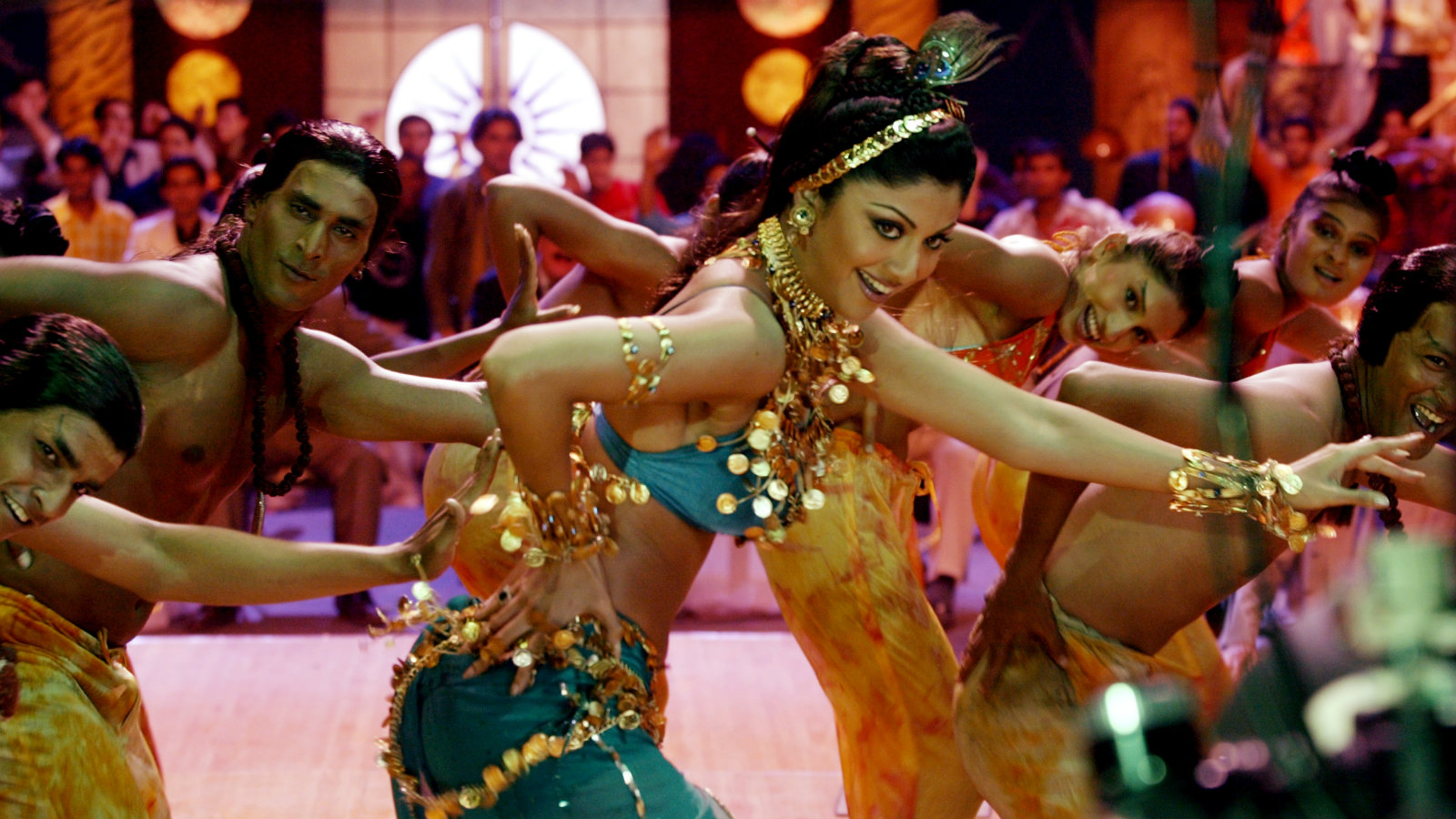 """Popular Bollywood star Shilpa Shetty (C) dances with co-artists during the shooting of a song sequence for her new Indian film """"Khamosh"""" (Quiet) in Bombay in this picture taken May 11, 2004. A thriller, the film is in it's early stage of production. Photo taken late May 11, 2004."""