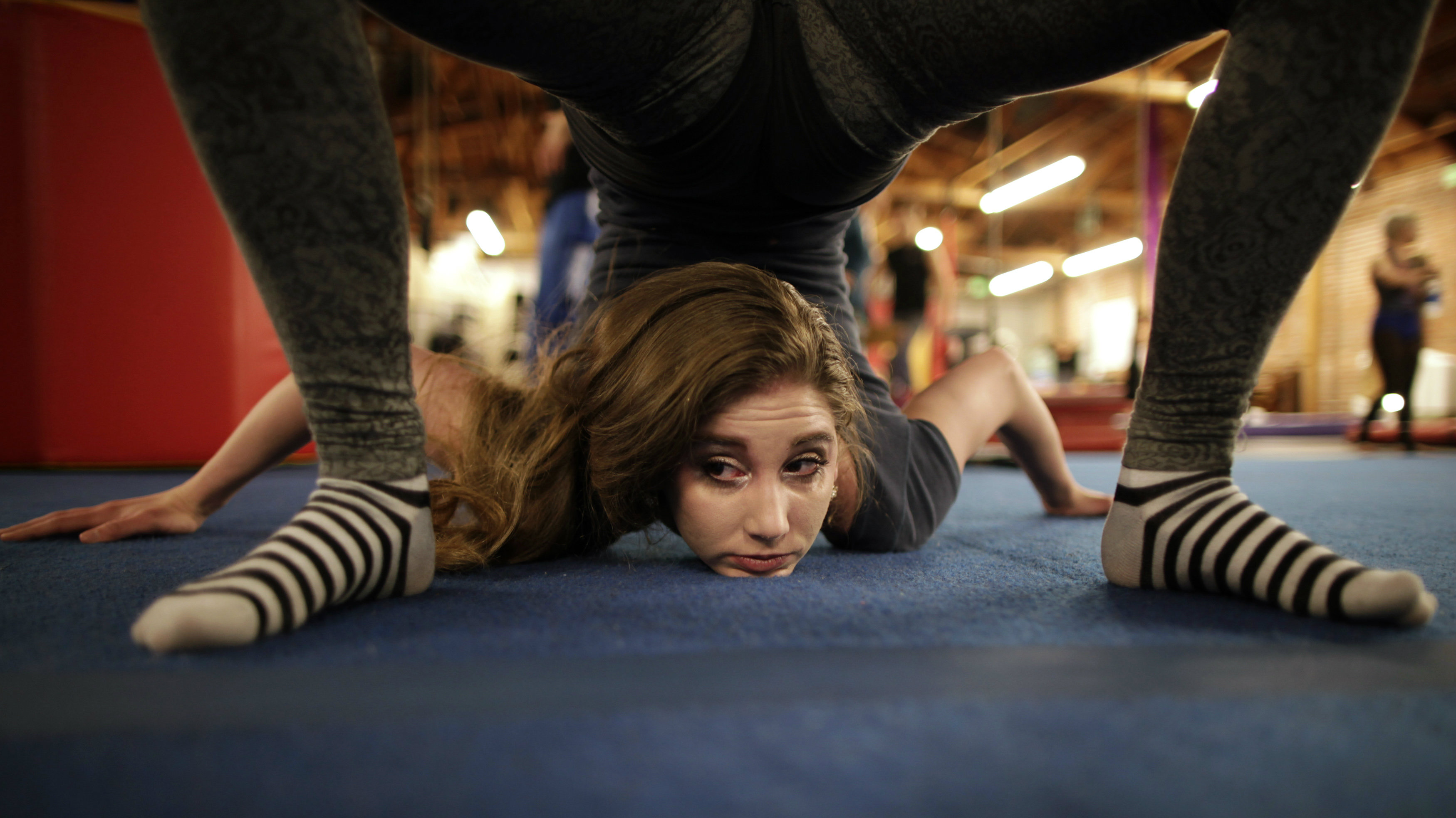 Scarlett Stoever, 23, trains at Cirque School in Hollywood, Los Angeles, California March 1, 2012. Circus professionals train at the school, which also teaches recreational circus classes to the public. REUTERS/Lucy Nicholson (UNITED STATES - Tags: SOCIETY TPX IMAGES OF THE DAY)