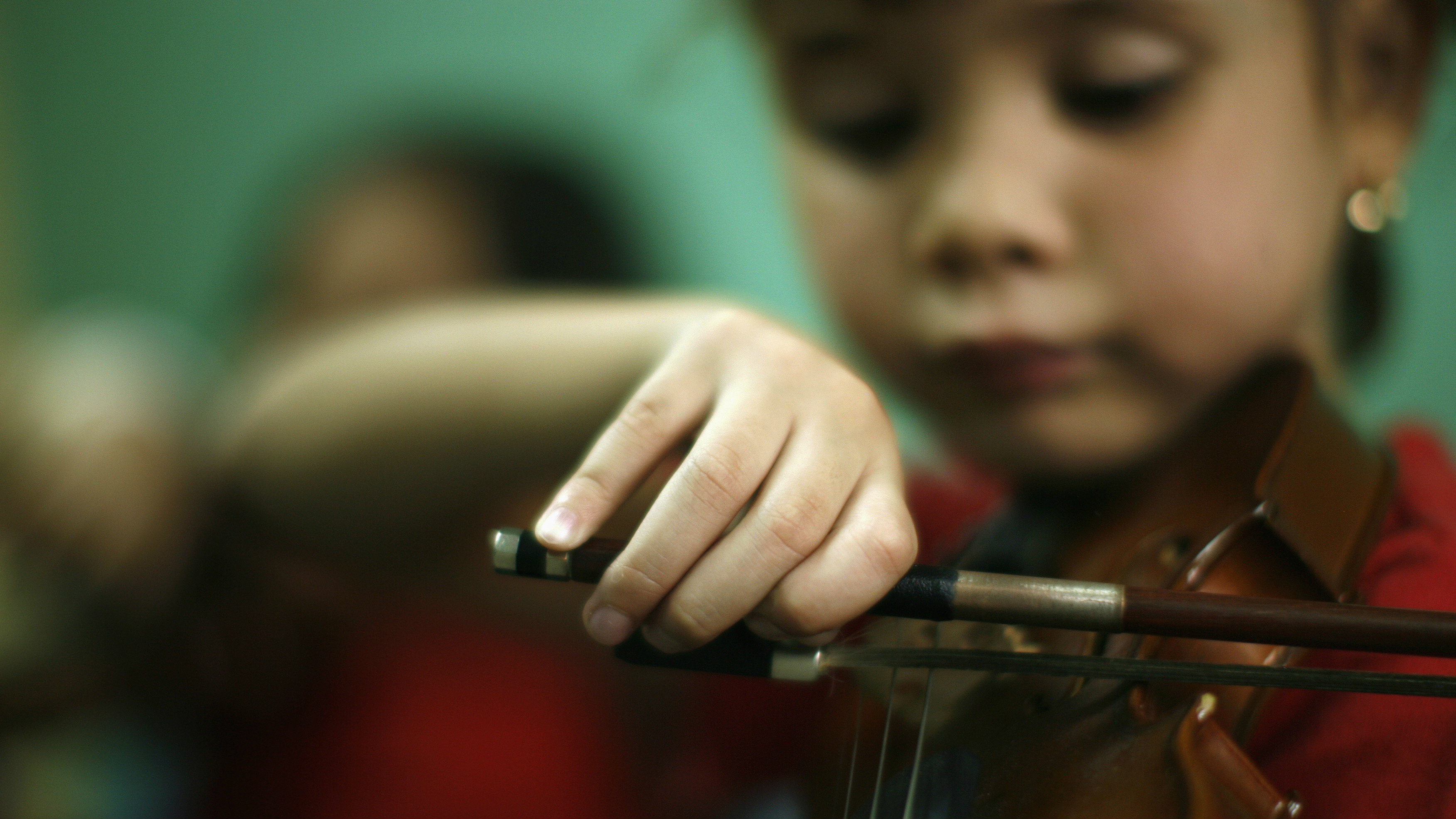 Yosneidi Ramos attends violin lessons at a youth orchestra music school in the neighbourhood of Carapita in Caracas June 3, 2008. Gun-blighted Venezuela's youth orchestras and choirs have helped thousands of children resist thug life in some of South America's toughest slums, and now wealthy countries are lining up to emulate the system. Close to 300,000 Venezuelan children, many from deprived city barrios, others from distant Amazon towns, now choose violins and trombones over guns and drugs, proving Mozart and Berlioz can be as fresh as sampled beats even to 21st century youths. Picture Taken June 3. REUTERS/Jorge Silva (VENEZUELA)