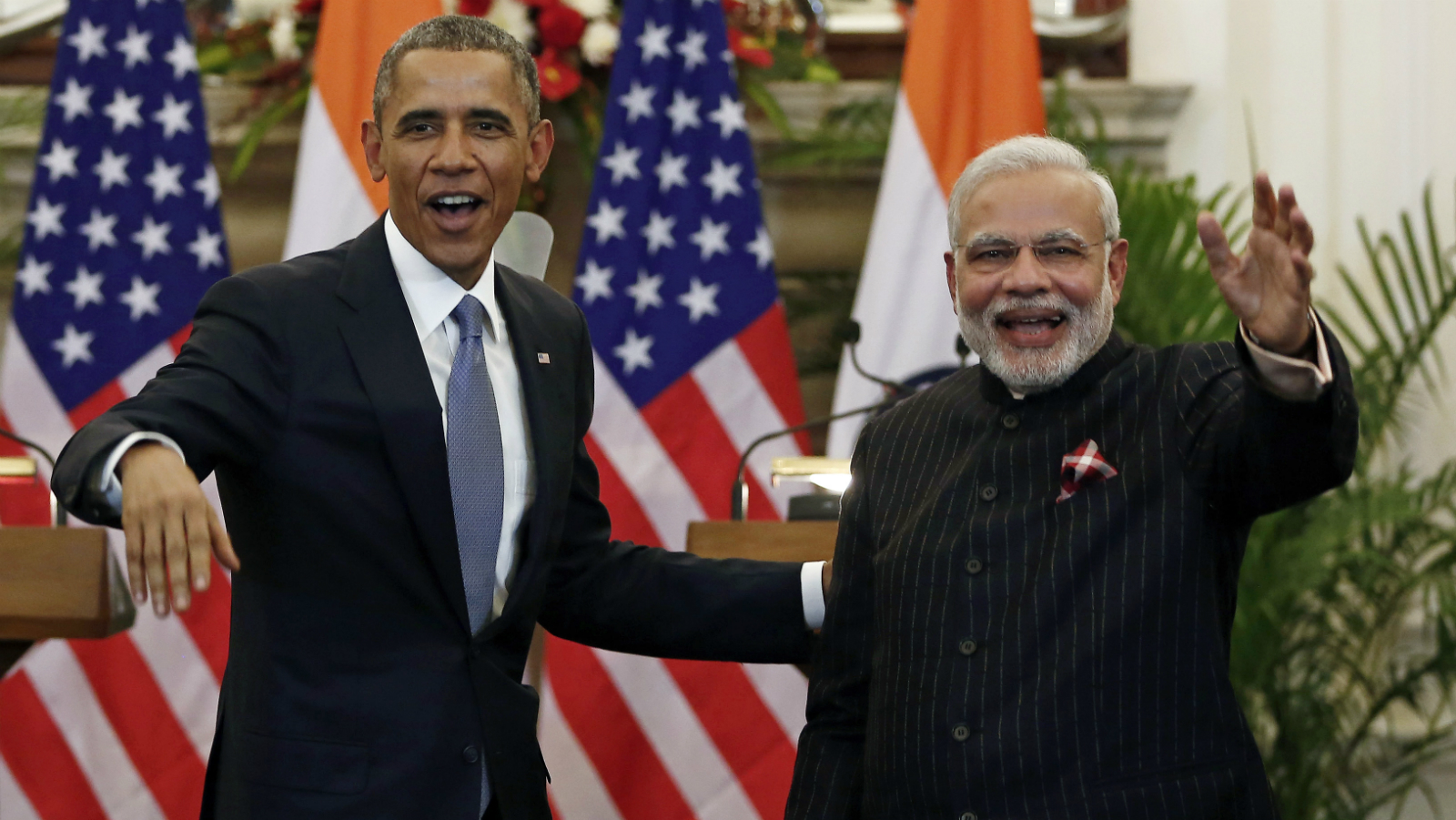 U.S. President Barack Obama stands next to Indian Prime Minister Narendra Modi (R) waving as they leave after giving their opening statement at Hyderabad House in New Delhi January 25, 2015. In a glow of bonhomie, Obama and Modi announced a breakthrough on nuclear trade on Sunday, a step that both sides hope will help establish an enduring strategic partnership.
