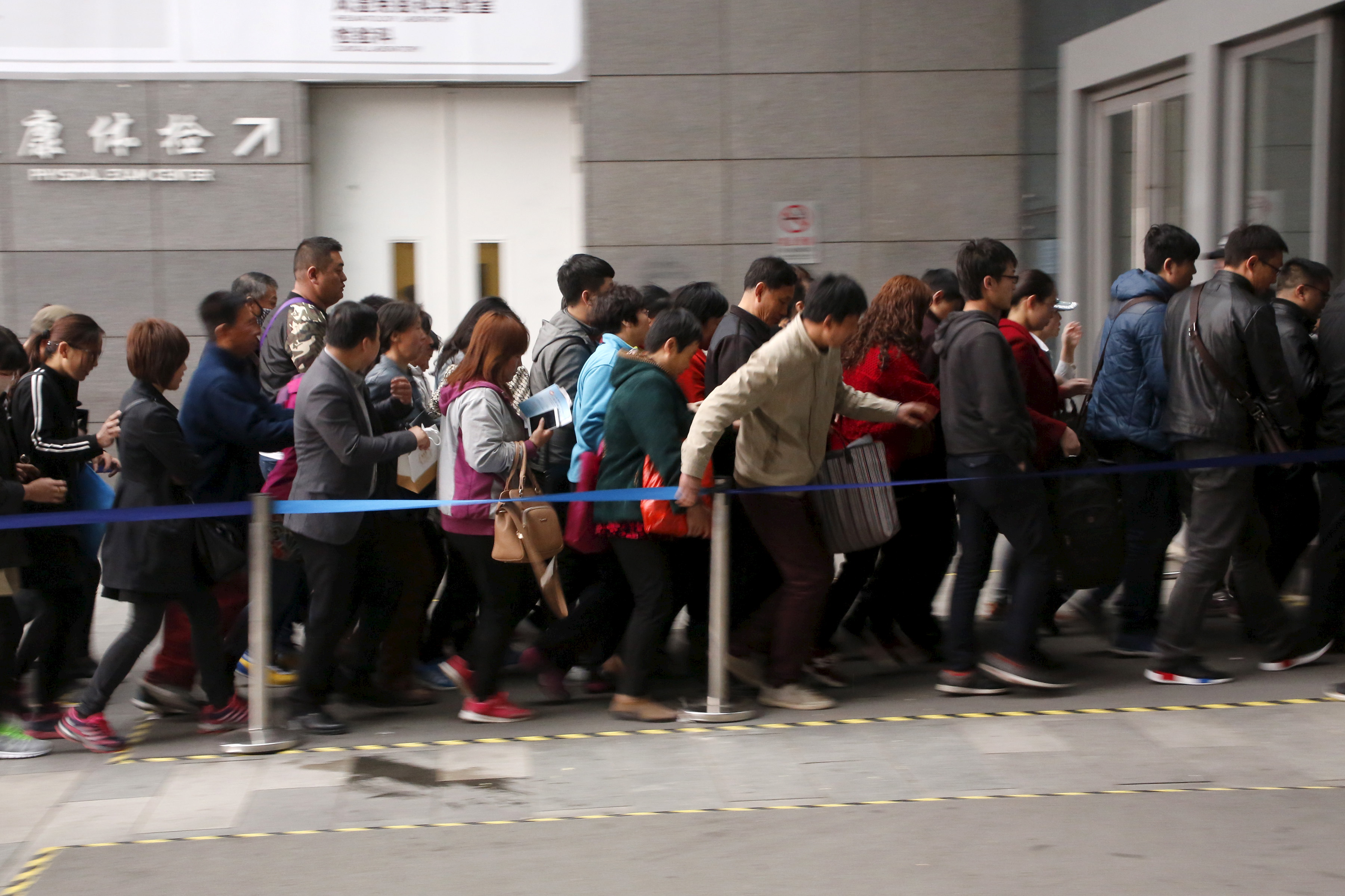 People rush into Peking Union Hospital early in the morning, in Beijing, China, April 6, 2016. Picture taken April 6, 2016.