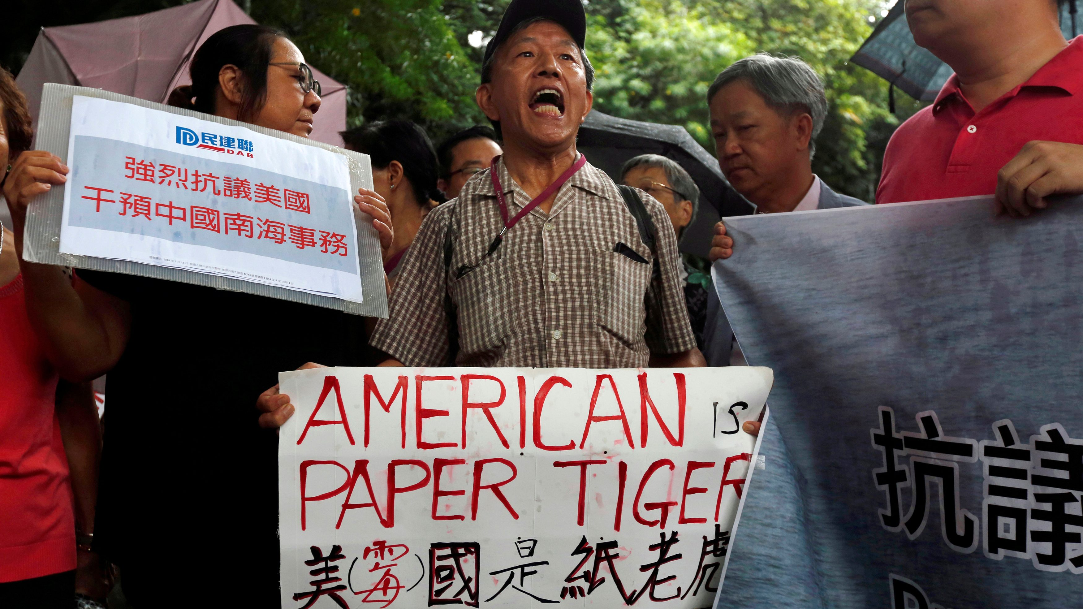 A pro-China protester chants slogans against the United States supporting an international court ruling that denied China's claims to the South China Sea, outside U.S. Consulate in Hong Kong, China July 14, 2016.      REUTERS/Bobby Yip - RTSHTN6