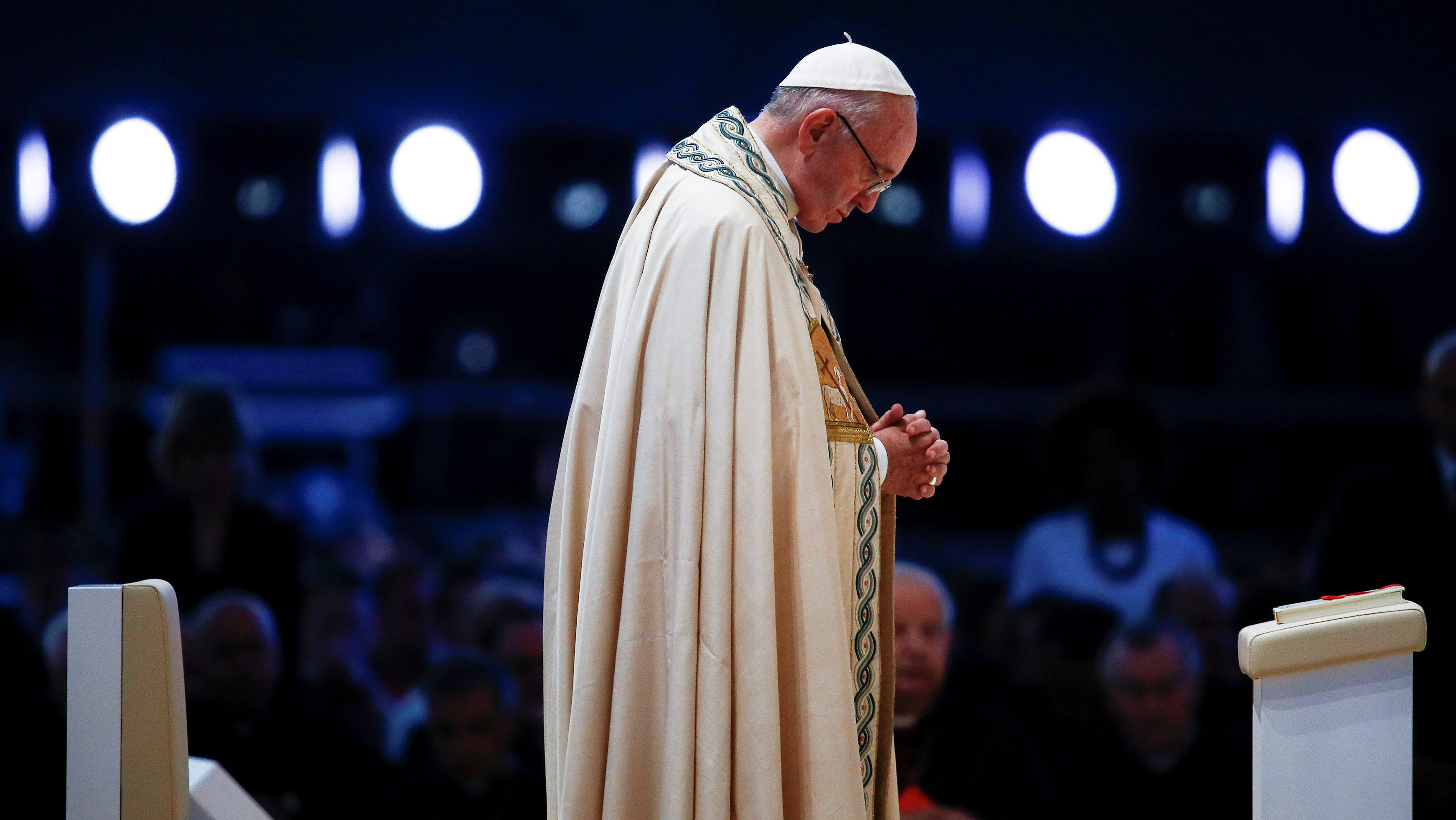 Pope Francis prays during a Prayer Vigil with young at the Campus Misericordiae during World Youth Day in Brzegi, near Krakow, Poland July 30, 2016.    REUTERS/Stefano Rellandini     TPX IMAGES OF THE DAY      - RTSKEC4