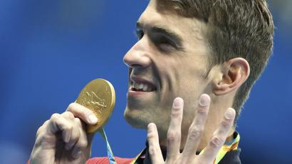 2016 Rio Olympics - Swimming - Victory Ceremony - Men's 200m Individual Medley Victory Ceremony - Olympic Aquatics Stadium - Rio de Janeiro, Brazil - 11/08/2016. Michael Phelps (USA) of USA poses with his gold medal. REUTERS/Michael Dalder FOR EDITORIAL USE ONLY. NOT FOR SALE FOR MARKETING OR ADVERTISING CAMPAIGNS.