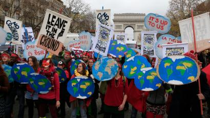 Environmentalists demonstrate near the Arc de Triomphe in Paris, France, as the World Climate Change Conference 2015 (COP21) continues at Le Bourget, December 12, 2015. REUTERS/Pascal Rossignol - RTX1YCMD