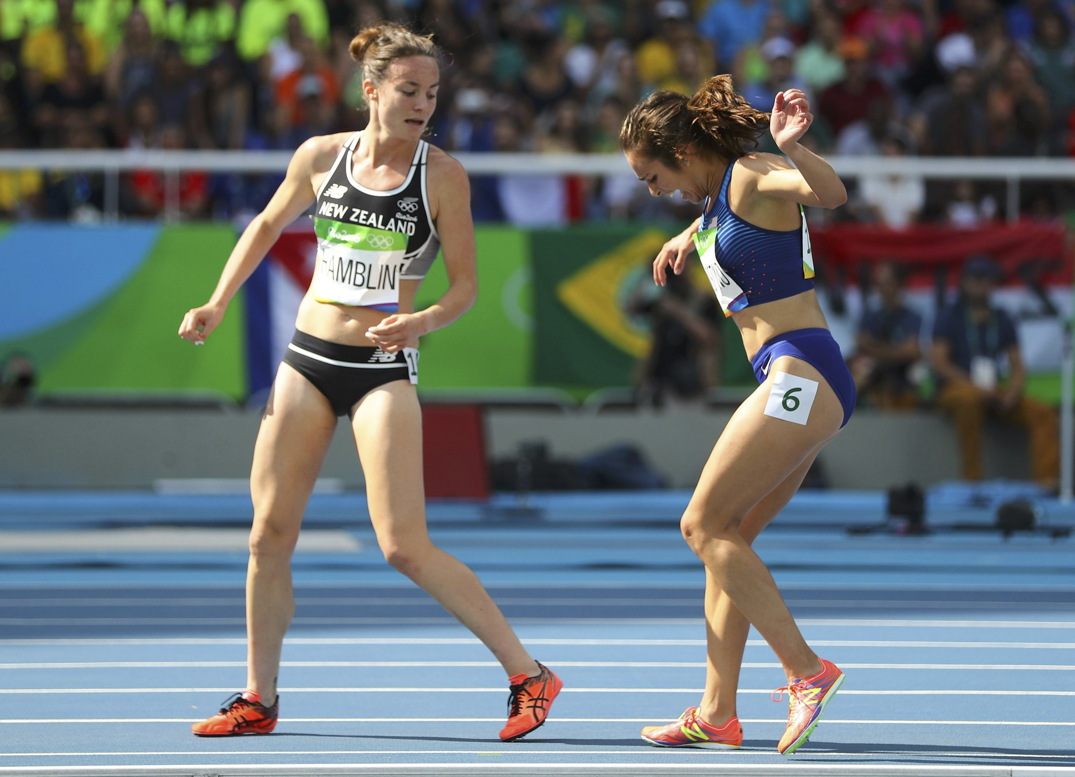 2016 Rio Olympics - Athletics - Preliminary - Women's 5000m Round 1 - Olympic Stadium - Rio de Janeiro, Brazil - 16/08/2016. Nikki Hamblin (NZL) of New Zealand stops running during the race to help fellow competitor Abbey D'Agostino (USA) of USA after D'Agostino suffered a cramp. REUTERS/Kai Pfaffenbach FOR EDITORIAL USE ONLY. NOT FOR SALE FOR MARKETING OR ADVERTISING CAMPAIGNS. - RTX2L6XP