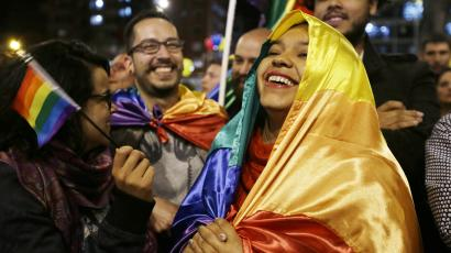 Women celebrate Colombia's peace deal.