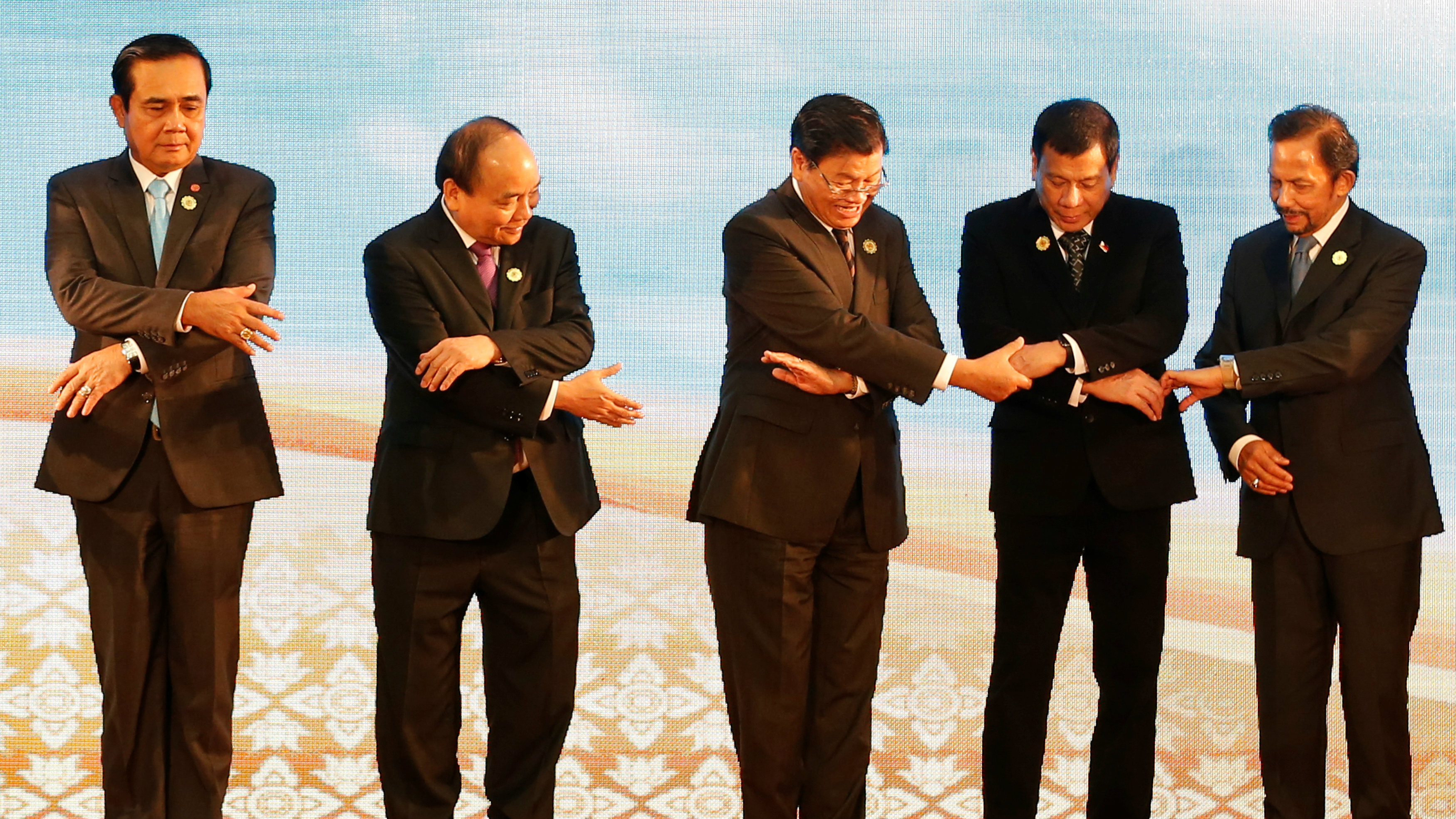 (L to R) Thailand's Prime Minister General Prayuth Chano-cha, Vietnamese Prime Minister Nguyen Xuan Phuc, Laos Prime Minister Thongloun Sisoulith, Philippines President Rodrigo Duterte and Brunei's Sultan Hassanal Bolkiah pose for photo during ASEAN Summit in Vientiane, Laos September 7, 2016. REUTERS/Soe Zeya Tun