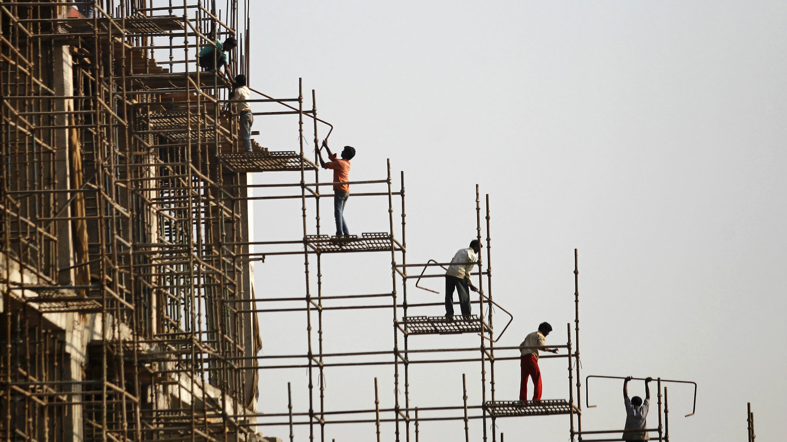 Labourers work at the construction site of a commercial complex in New Delhi November 20, 2013. India is likely to achieve an economic growth of between 5-5.5 percent in this fiscal year, the finance minister said last week, despite wide expectations of growth slipping below 5 percent by private economists.