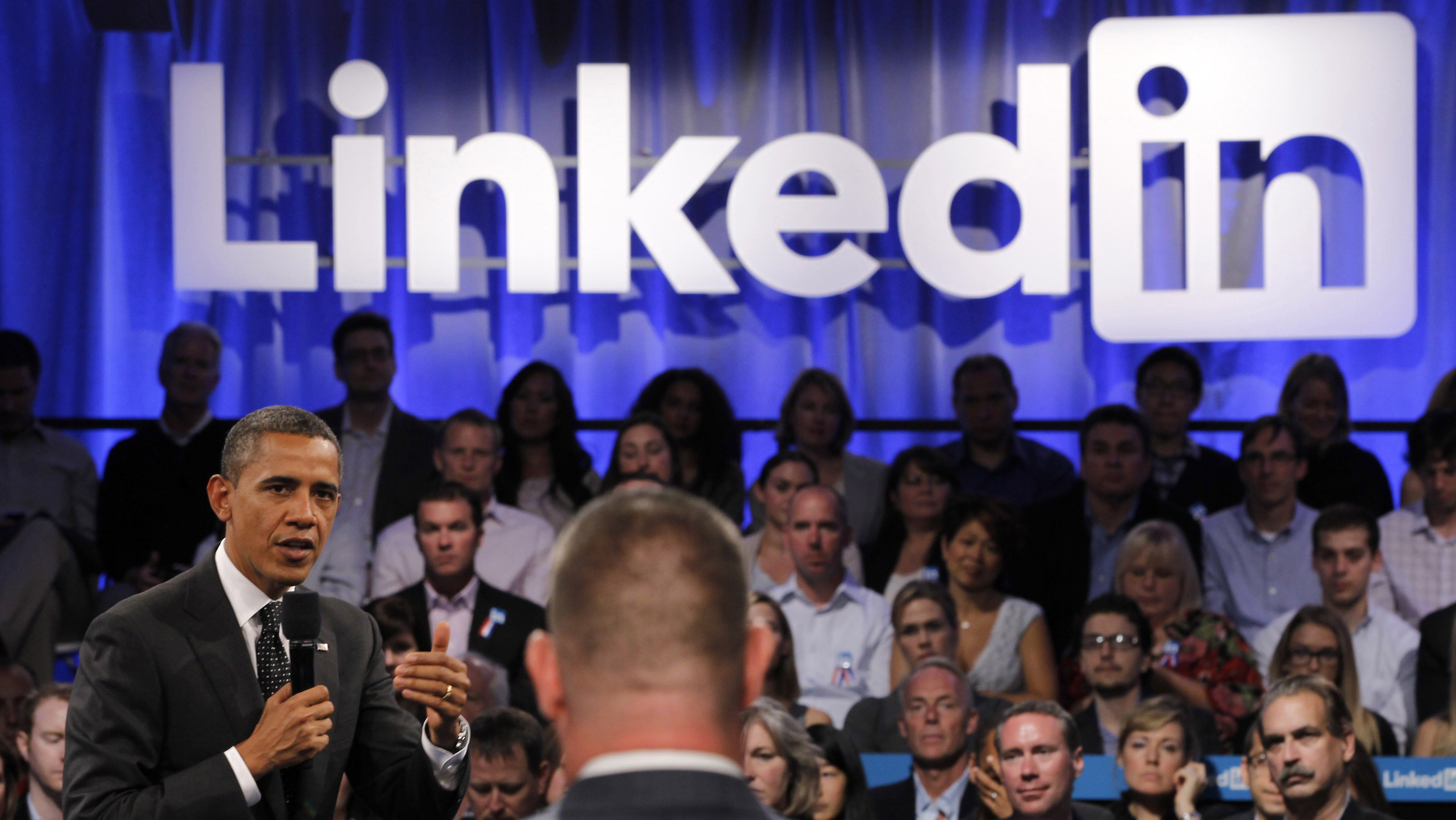 U.S. President Barack Obama speaks to a participant who asked him a question during in a LinkedIn town hall-style meeting in Mountain View, California, September 26, 2011.   REUTERS/Jason Reed   (UNITED STATES - Tags: POLITICS BUSINESS) - RTR2RVI6