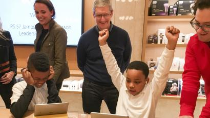 Apple Chief Executive Officer Tim Cook (C) attends an event for students to learn to write computer code at the Apple store in the Manhattan borough of New York December 9, 2015. REUTERS/Carlo Allegri - RTX1XZFD