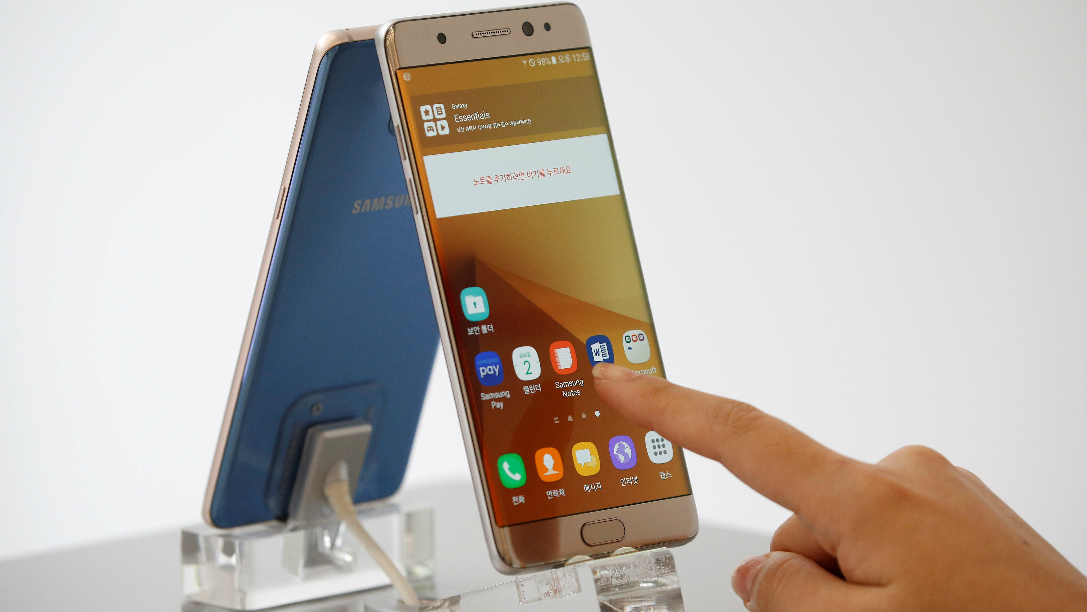 A Samsung Galaxy Note 7 with a finger swiping its screen