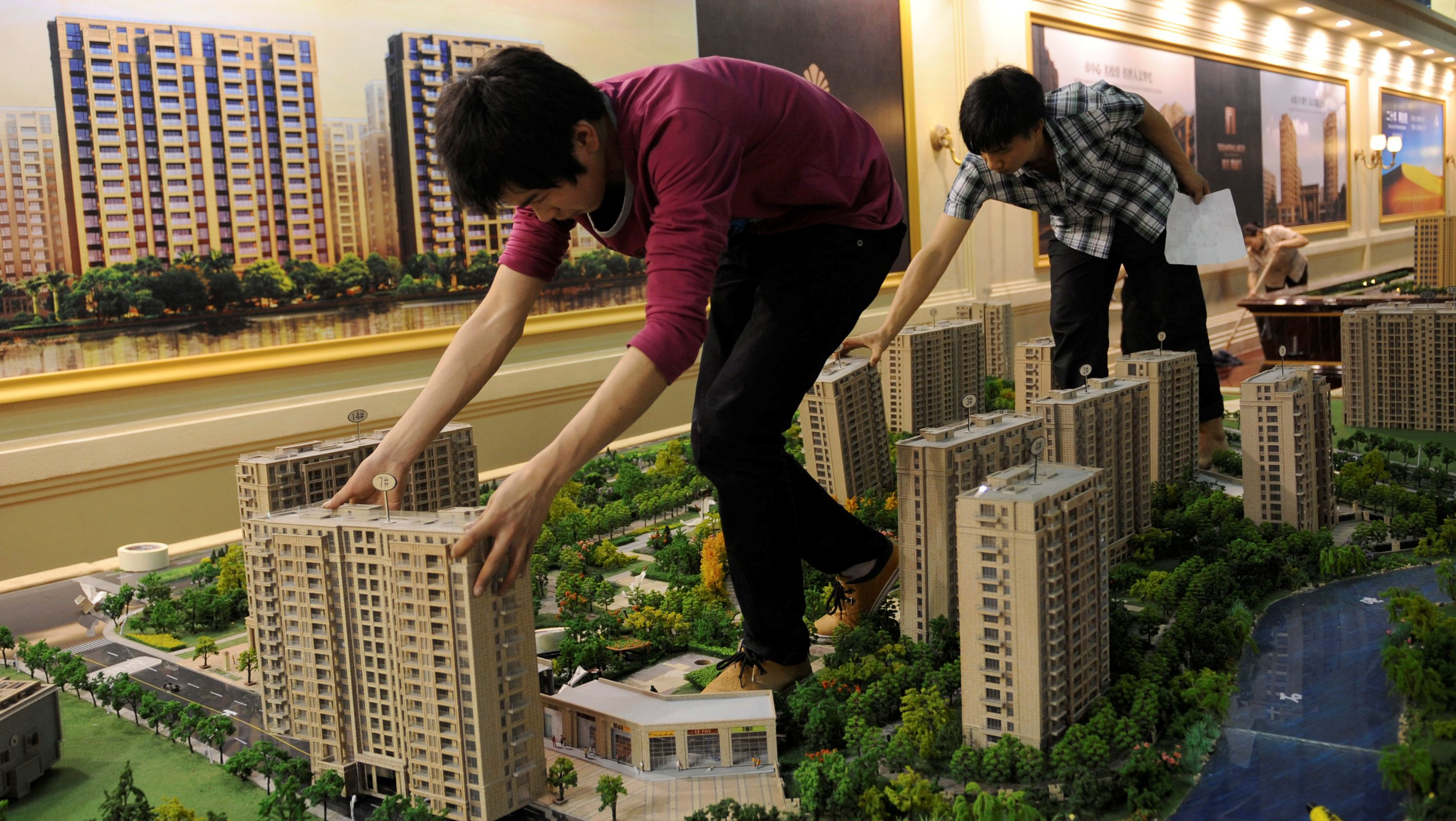 Employees set up model apartments as they prepare a real estate exhibition in Hangzhou, Zhejiang province May 17, 2012.  /File Photo - RTSOPKV