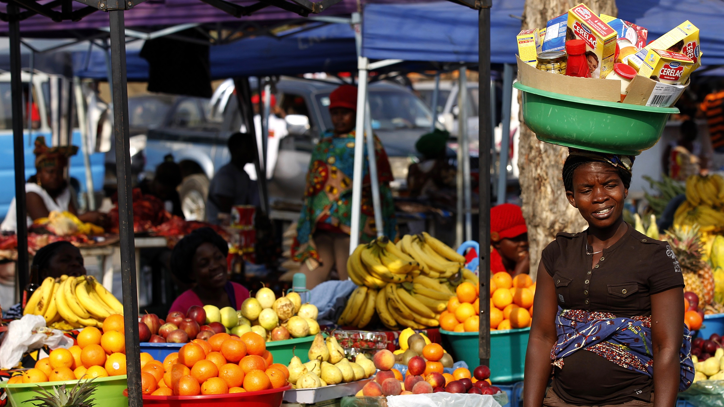 A women walks at a market in Luanda, August 25, 2012. REUTERS/Siphiwe Sibeko (ANGOLA - Tags: SOCIETY) - RTR374CU