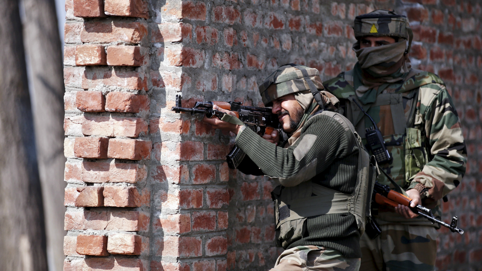 Indian army soldiers take their positions near the site of a gun battle between Indian security forces and militants on the outskirts of Srinagar February 21, 2016.