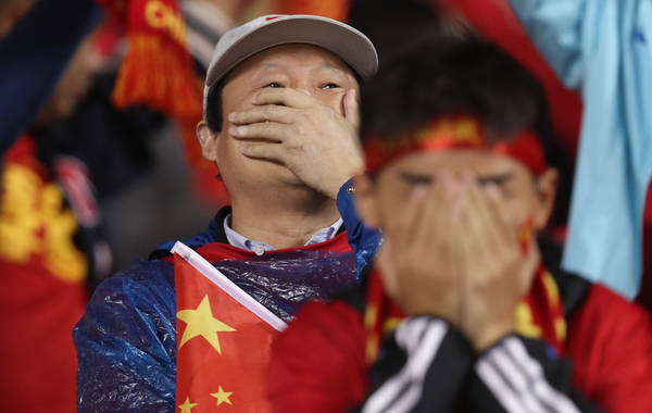 chinese-football-fans-covering-faces