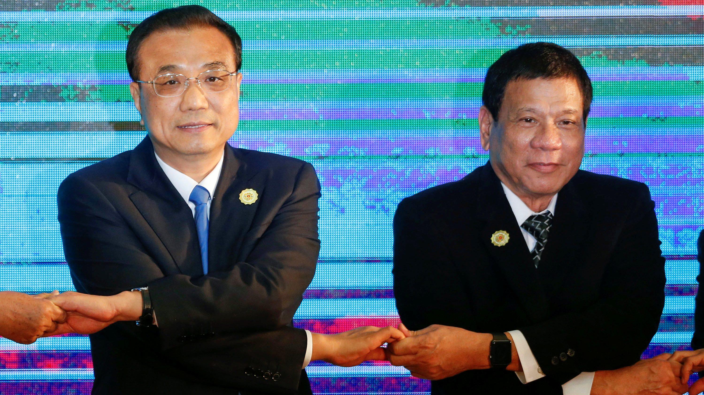 Chinese Premier Li Keqiang and Philippines President Rodrigo Duterte pose for photo during the ASEAN Plus Three Summit in Vientiane, Laos September 7, 2016.