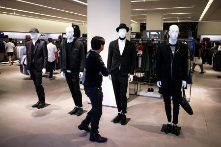 epa05587939 Shops dresses Mannequins in black and white clothing on display at a shopping mall in Bangkok, Thailand, 16 October 2016. Thailand's shops are experiencing a shortage in black clothing as the nation mourns The late King Bhumibol, the world's longest reigning monarch, who died at the age of 88 in Siriraj hospital on 13 October 2016. EPA/DIEGO AZUBEL