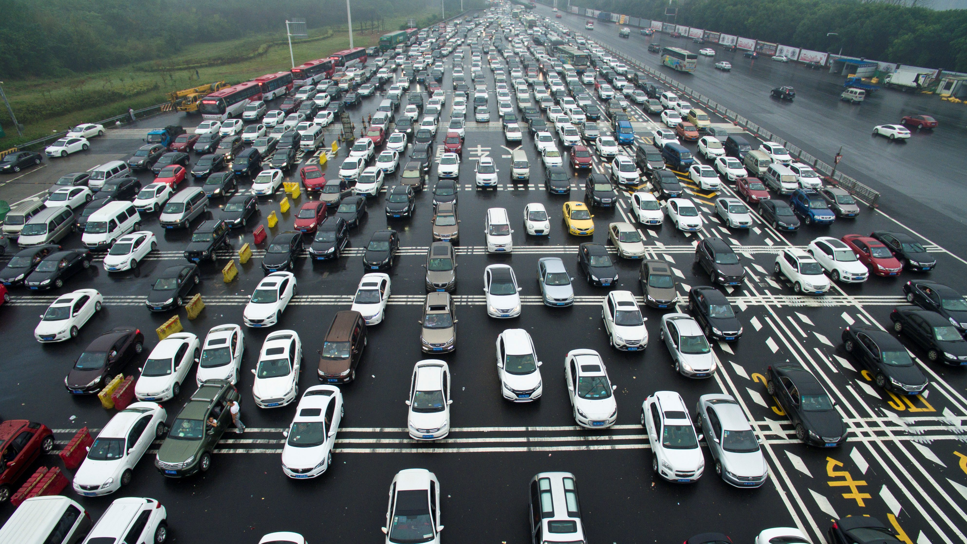 Cars line up near a toll station on the first day of China's National Day holiday, in Nanjing, Jiangsu province, China on Oct.1, 2016.