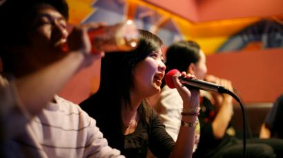 A group of friends sing in a local karaoke club during a night out in Shanghai February 23, 2008. Booming economic development has created a collage of night life in Shanghai with a mixture of Chinese and western nightspots over the city. REUTERS/Nir Elias (CHINA) - RTR1XH4G