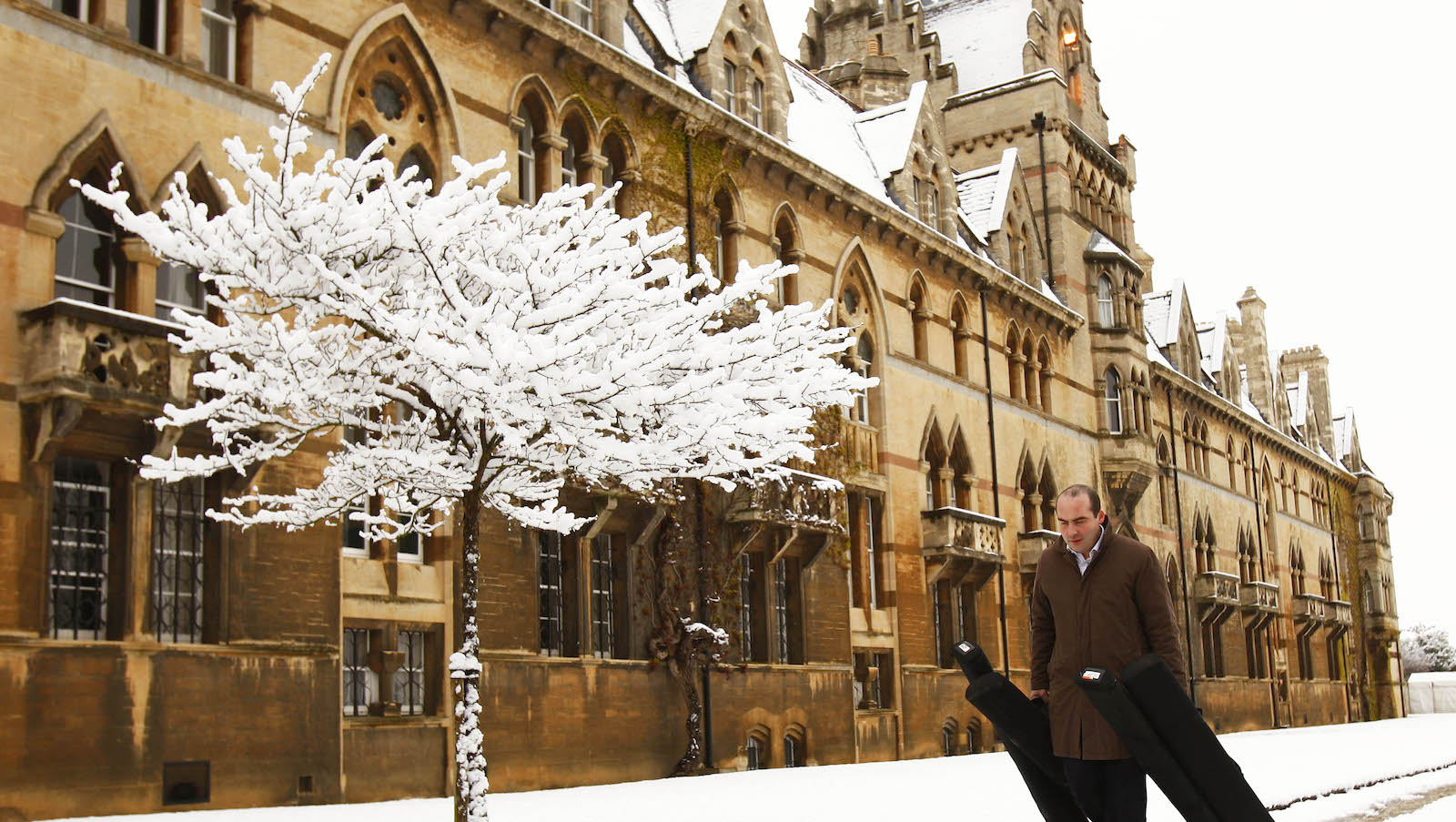 A man walks past Christ Church College in Oxford, southern England April 6, 2008.     REUTERS/ Eddie Keogh (BRITAIN) - RTR1Z61I