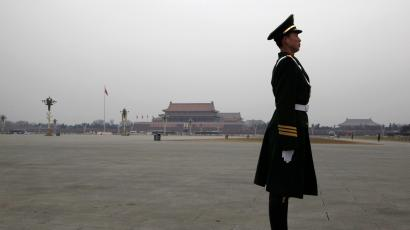 A paramilitary policeman stands guard on Tiananmen Square ahead of the fourth plenary meeting of China's parliament, the National People's Congress (NPC), in Beijing March 11, 2010. REUTERS/David Gray (CHINA - Tags: MILITARY POLITICS) - RTR2BHM8