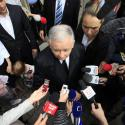 Jaroslaw Kaczynski (C), presidential candidate of Poland's Law and Justice Party (PiS) is surrounded by media as he leaves a polling station in Warsaw during presidential elections June 20, 2010. Poles began voting for a new president on Sunday in an election that will help shape the pace of economic reforms and set the tone for Warsaw's relations with its partners in the European Union and with historic foe Russia. REUTERS/Pawel Kopczynski (POLAND - Tags: POLITICS ELECTIONS POLITICS IMAGE OF THE DAY TOP PICTURE) - RTR2FFJO
