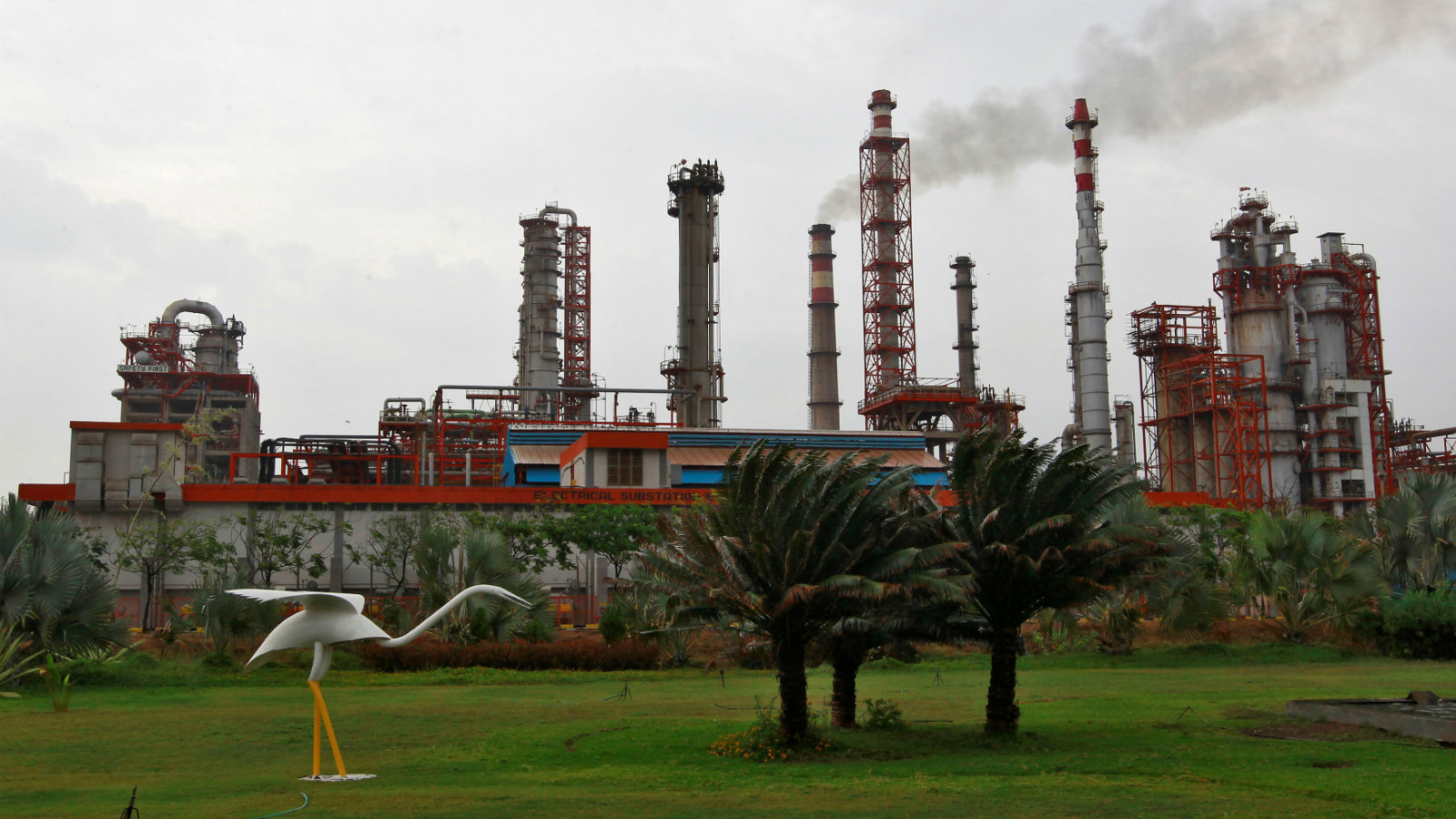 An oil refinery of Essar Oil, which runs India's second biggest private sector refinery, is pictured in Vadinar in the western state of Gujarat, India, October 4, 2016. Picture taken October 4, 2016.