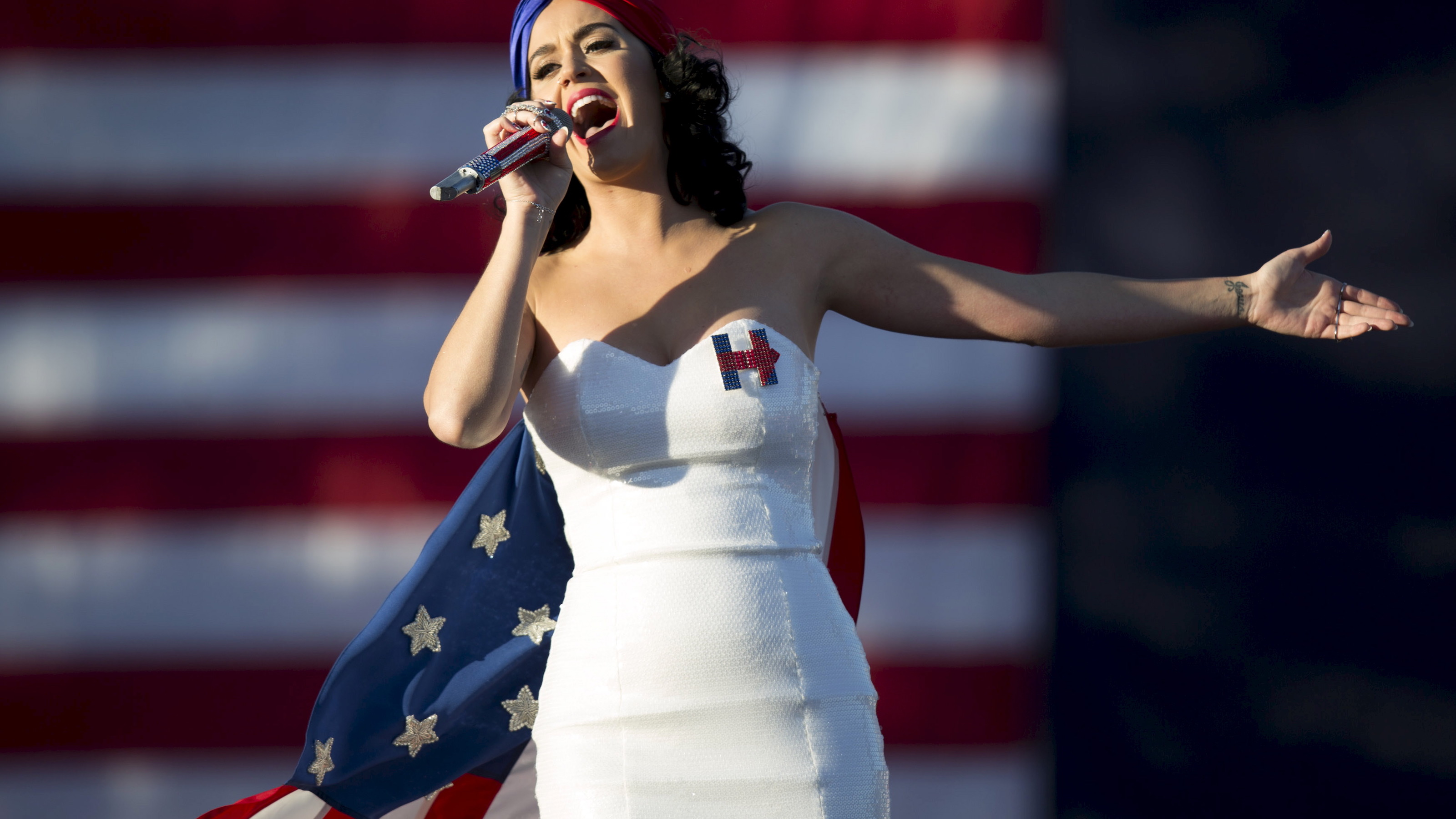 Entertainer Katy Perry sings during a campaign rally for Democratic presidential candidate Hillary Clinton with her husband Bill Clinton in Des Moines, Iowa, October 24, 2015. REUTERS/Scott Morgan - RTX1T2KC