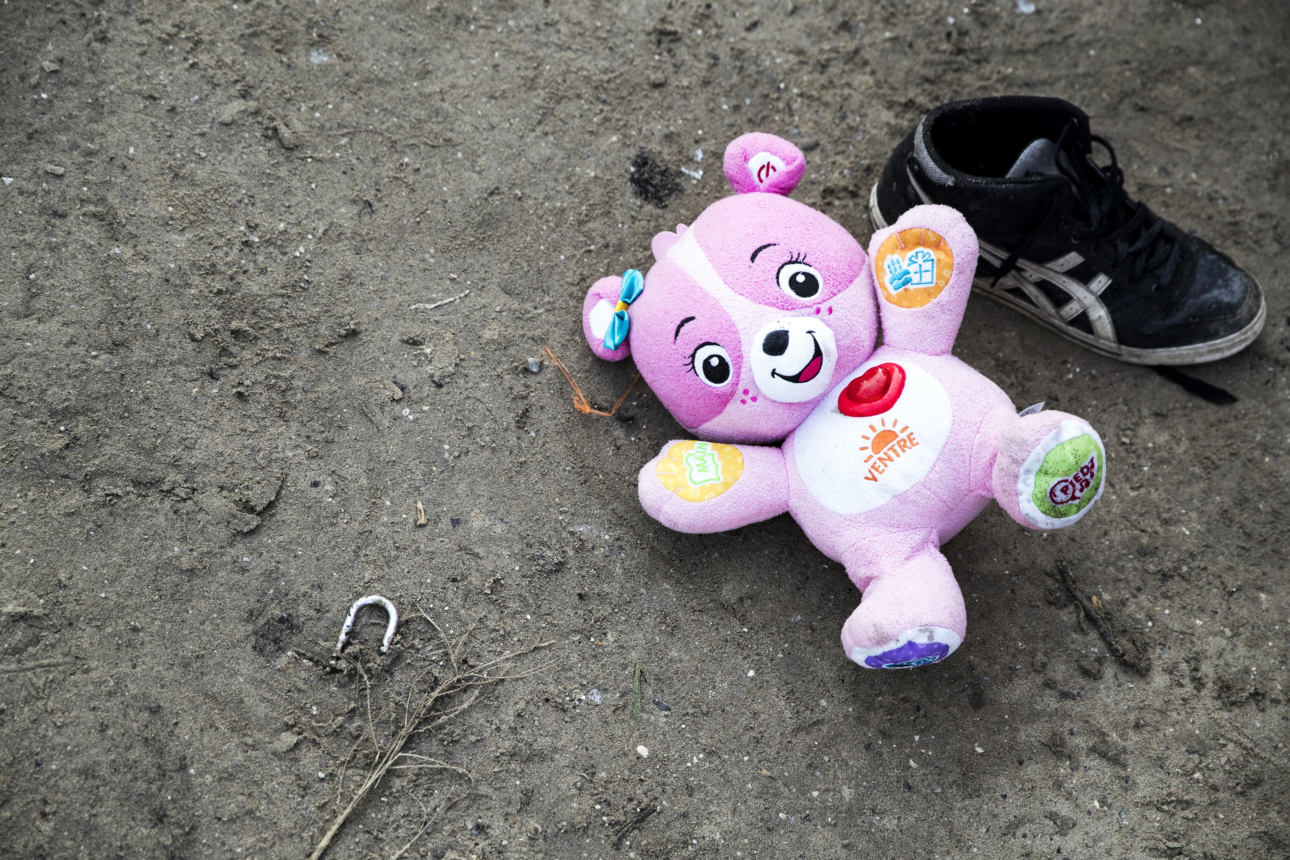 An abandoned teddybear.