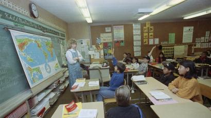 Six grade teacher Peggy Reilly and her class have a spirited discussion about the US war efforts in the Persian Gulf January 17, 1991 at the Walker Elementary School in San Diego. (AP Photo/Lenny Ignelzi)