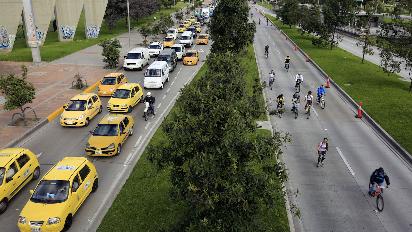 """Cyclists ride their bicycles during """"No Car Day"""" in Bogota, February 5, 2015. The event was organized by the mayoral office of Bogota to encourage residents to use other modes of public transportation to help reduce the amount of pollution. REUTERS/Jose Miguel Gomez   (COLOMBIA - Tags: ENVIRONMENT TRANSPORT SOCIETY) - RTR4ODR1"""