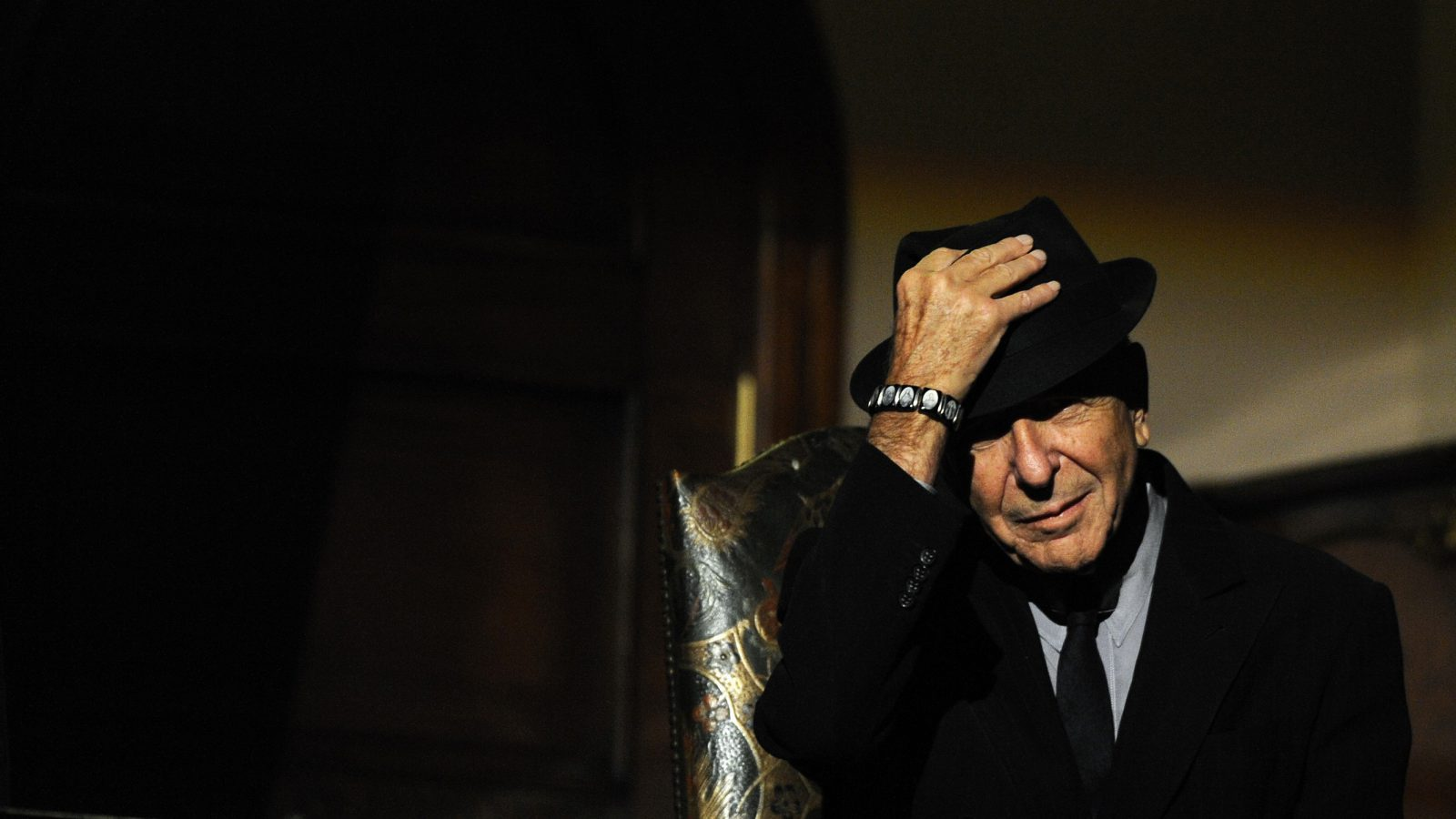 Canadian singer-songwriter Leonard Cohen is seen during a tribute in Gijon, northern Spain October 19, 2011. Cohen will be awarded with the 2011 Prince of Asturias Award for Literature in a traditional ceremony on Friday in the Asturian capital. The awards have been given out annually since 1981 to reward scientific, technical, cultural, social and humanitarian work done by individuals, work teams and institutions. REUTERS/Eloy Alonso (SPAIN - Tags: SOCIETY ENTERTAINMENT) - RTR2SV7T